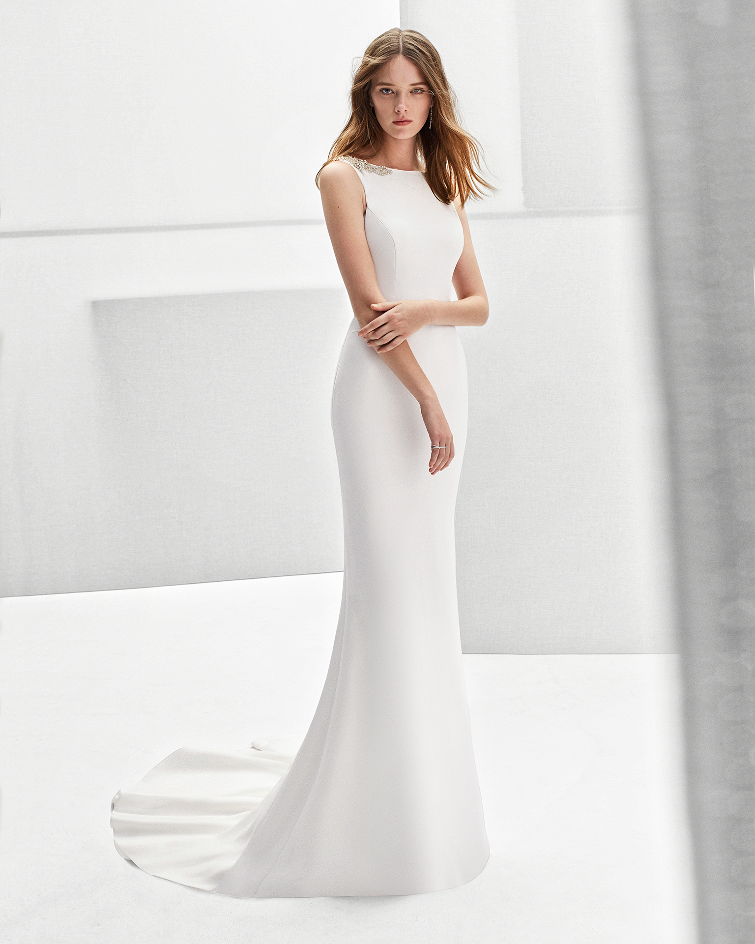 Vestido de novia corte sirena de crepe y espalda joya con adorno de pedrería.
