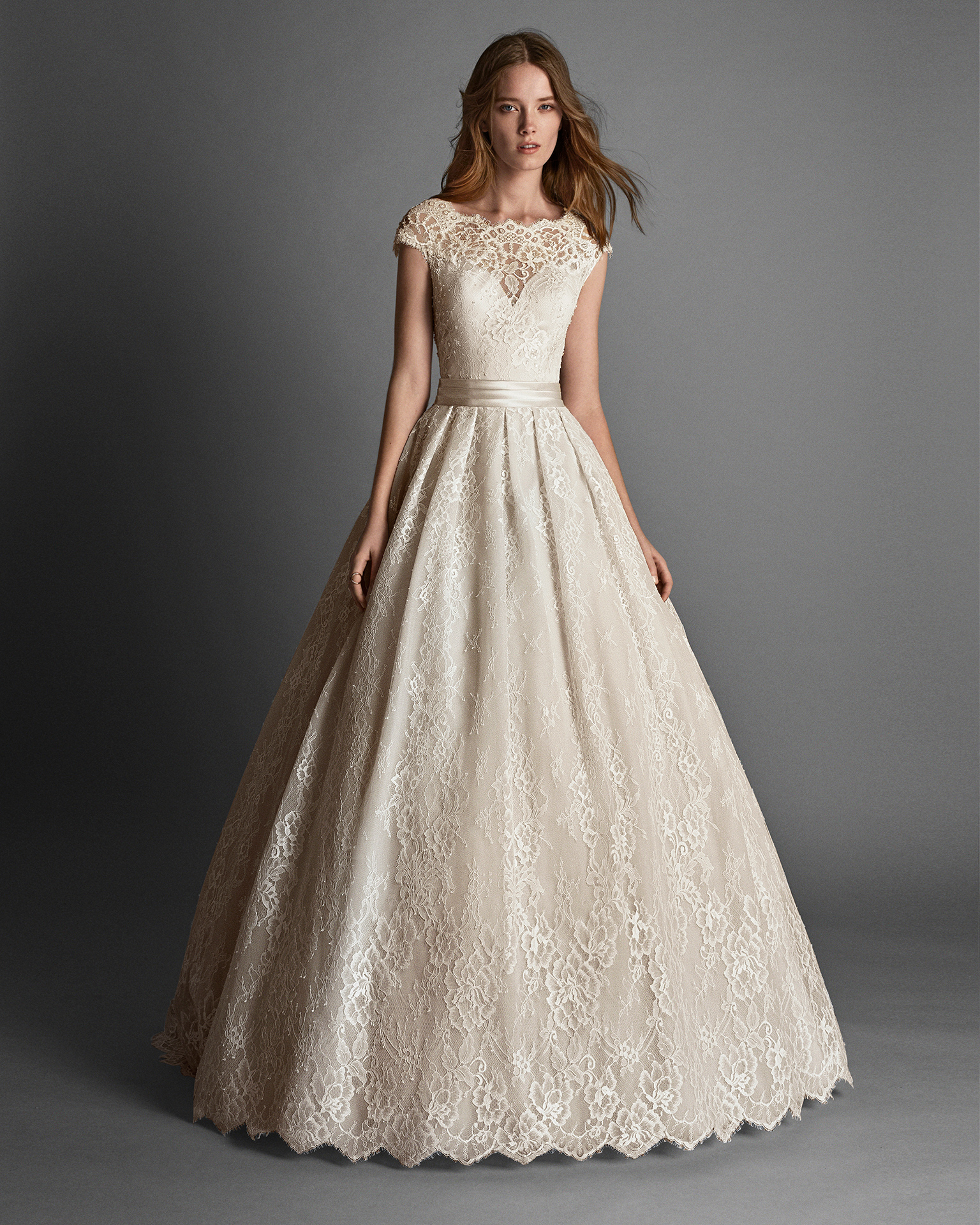 Princess-style beaded lace wedding dress with short sleeves and low back, in rose.