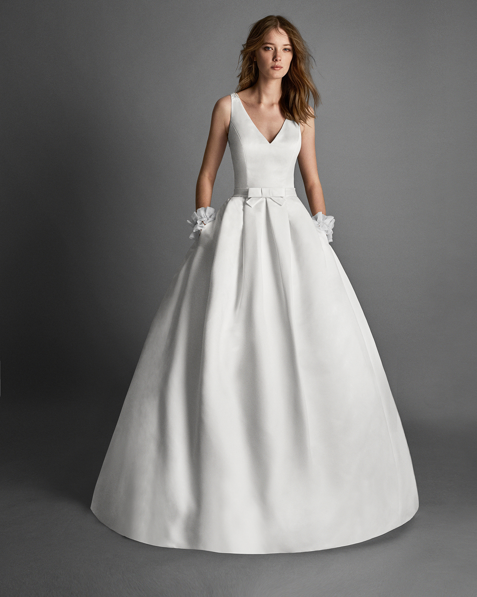 Classic-style Ottoman wedding dress with pockets and beaded embroidery back, in natural.
