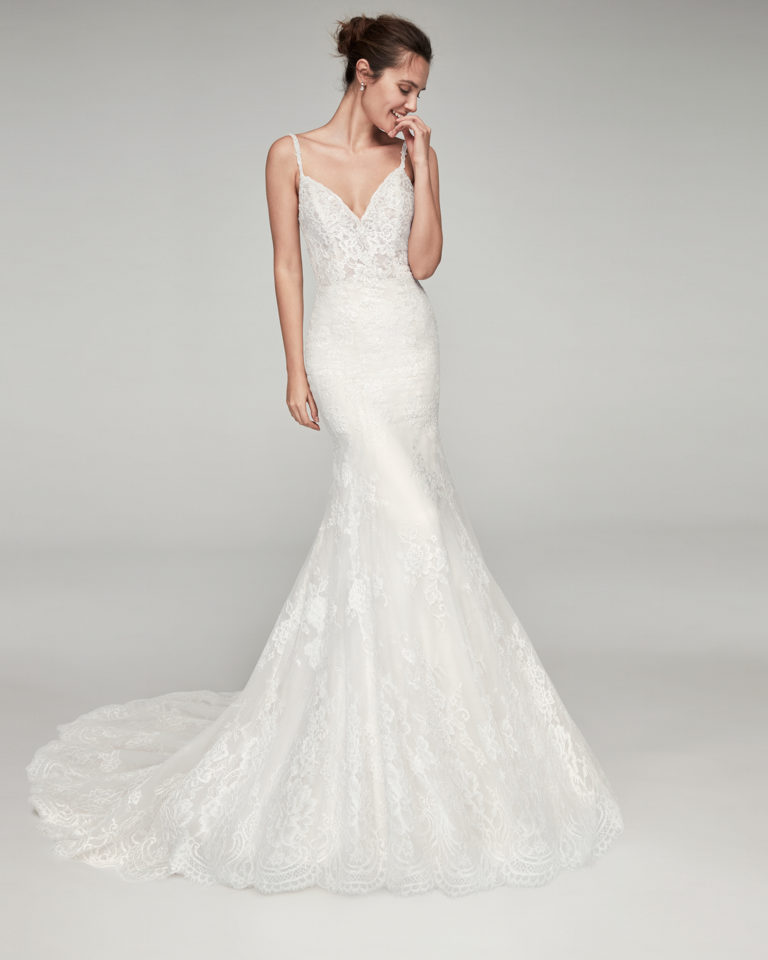 Mermaid-style beaded lace wedding dress. With sweetheart neckline, straps and low back. Available in natural/nude and natural. 2019 ALMA_NOVIA Collection.