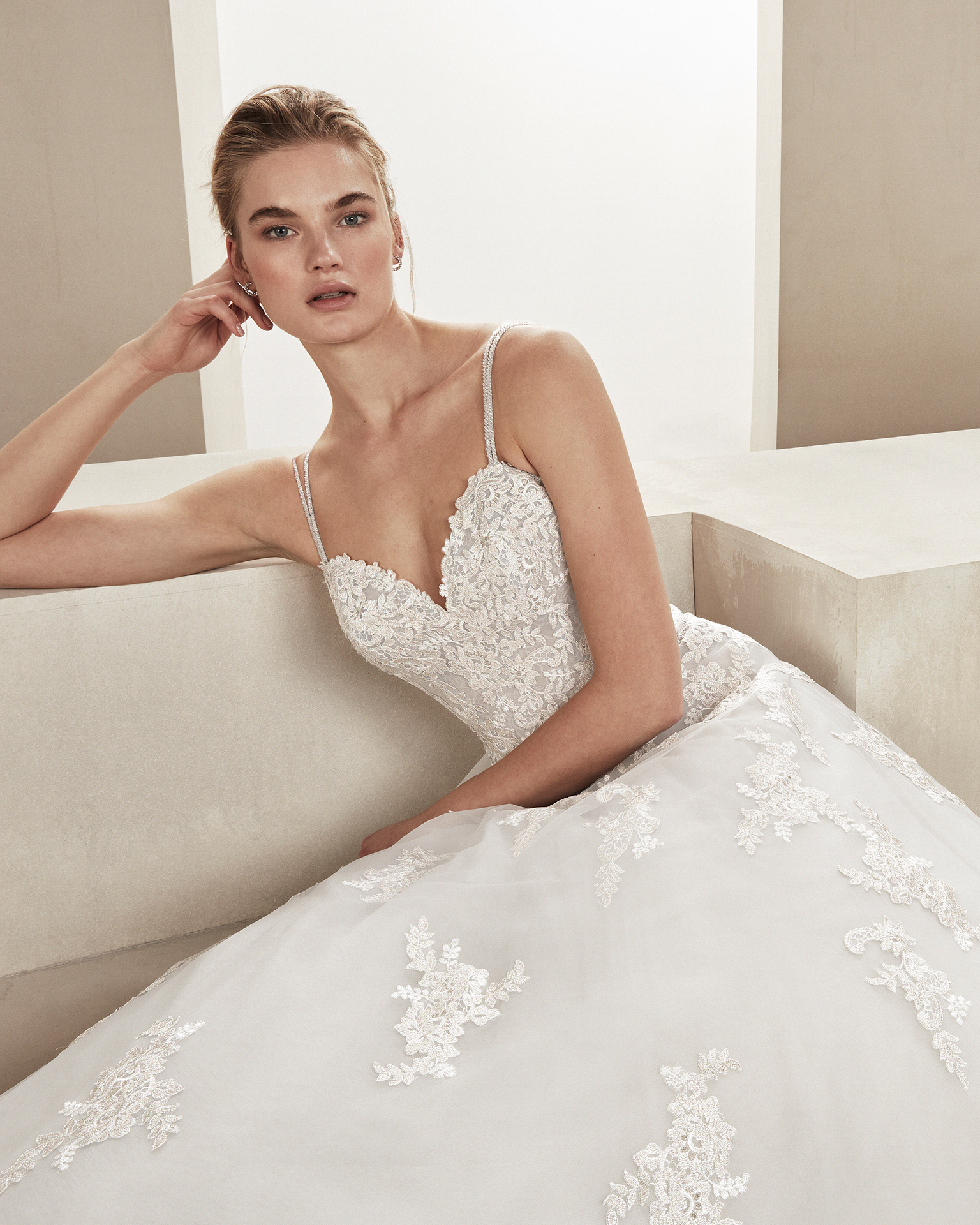 Romantic tulle and lace wedding dress. With sweetheart neckline and beaded straps. Skirt with lace appliqués. Available in ice/silver, amber/silver and natural. 2019 ALMA_NOVIA Collection.