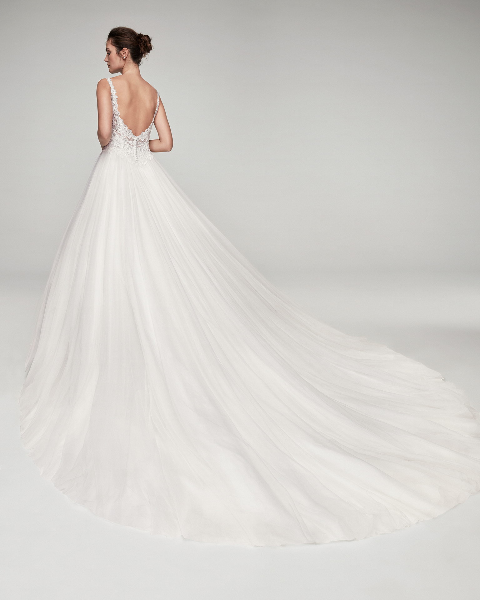 Romantic tulle and lace wedding dress. With V-neckline and low back. Skirt volume A. Available in natural. 2019 ALMA_NOVIA Collection.