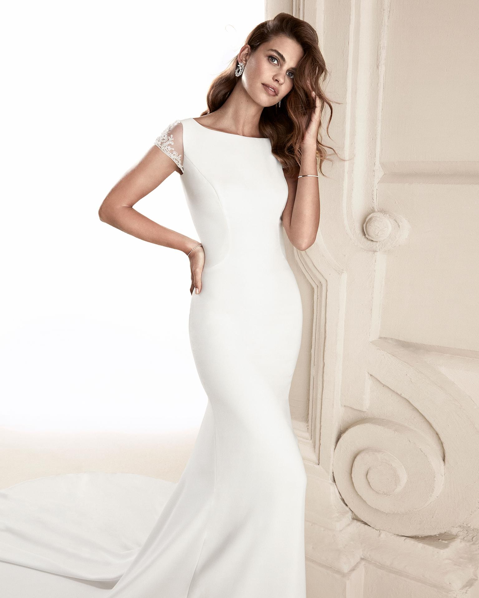 Vestido de novia corte recto en crepe. Con espalda en pedrería. Disponible en color natural. Colección ALMA_NOVIA 2019.