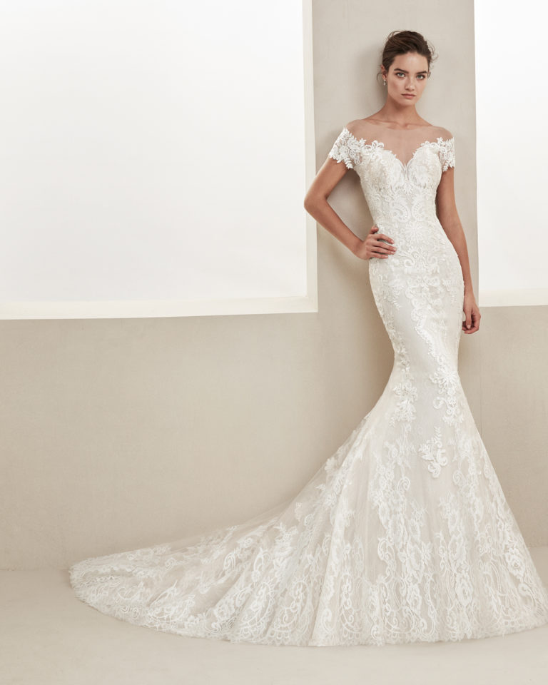 Mermaid-style lace wedding dress. With sweetheart neckline and off-the-shoulder sleeves. Available in natural. 2019 ALMA_NOVIA Collection.