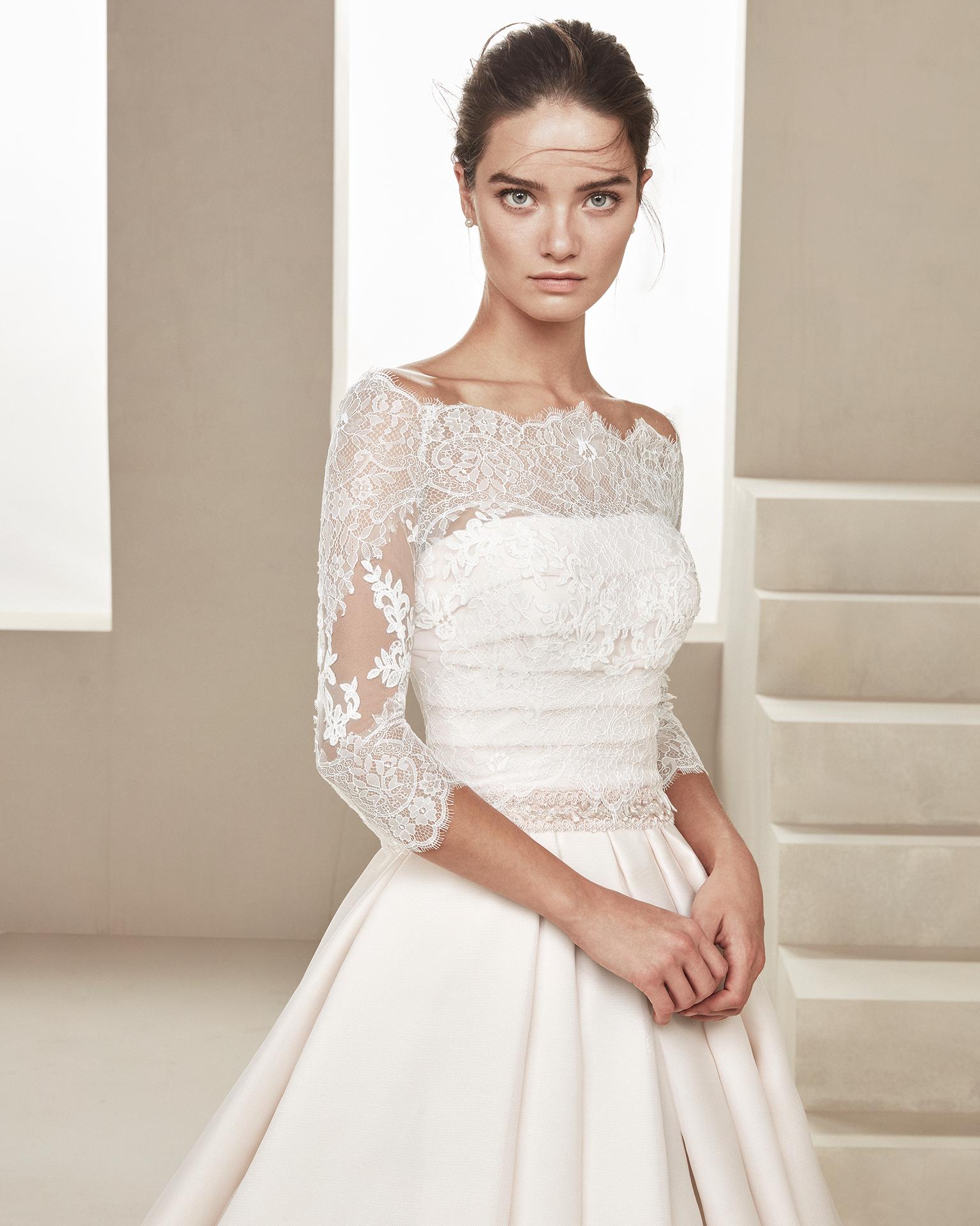 Vestido de novia clásico en gazar. Con escote palabra de honor y pedrería en la cintura. Disponible en color rosé y natural. Colección ALMANOVIA 2019.