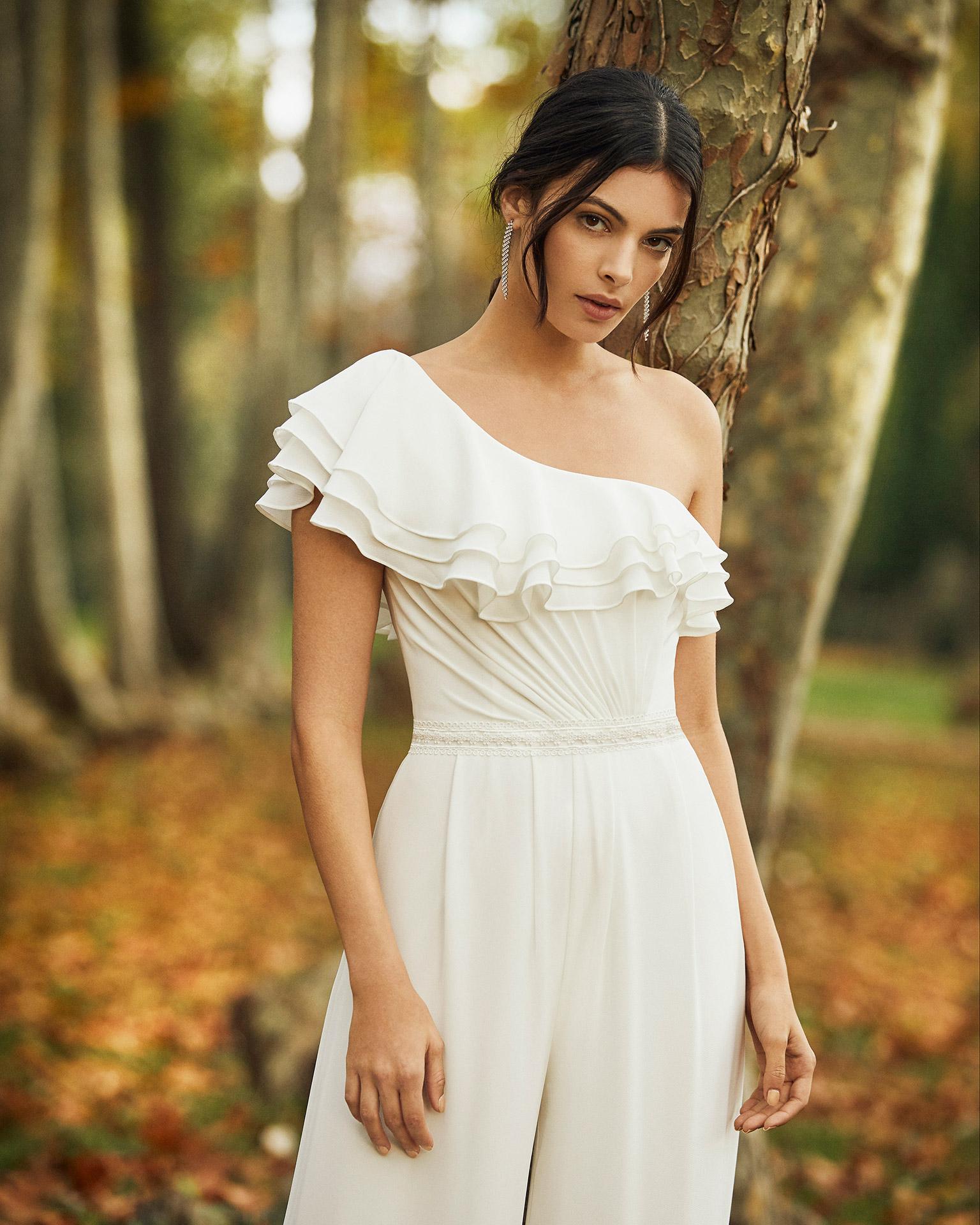 Vestido pantalón de novia de georgette, con escote          asimetrico. Colección ALMA_NOVIA 2020.
