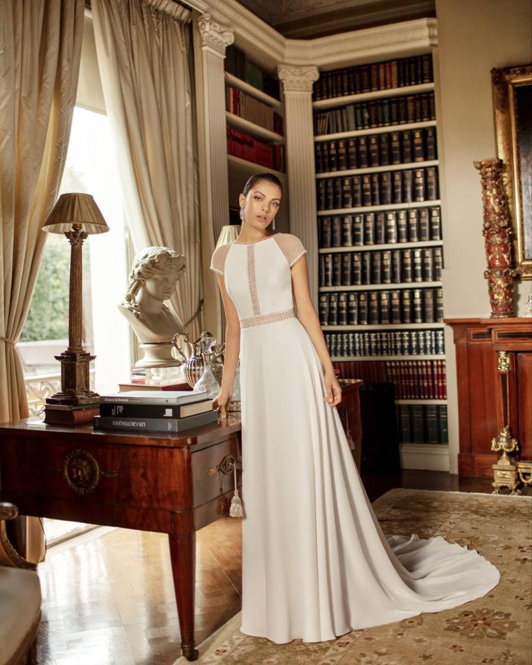 Vestido de novia estilo boho de gasa y encaje, con espalda escotada y manga corta de tul plumeti. Colección ALMA_NOVIA 2020.
