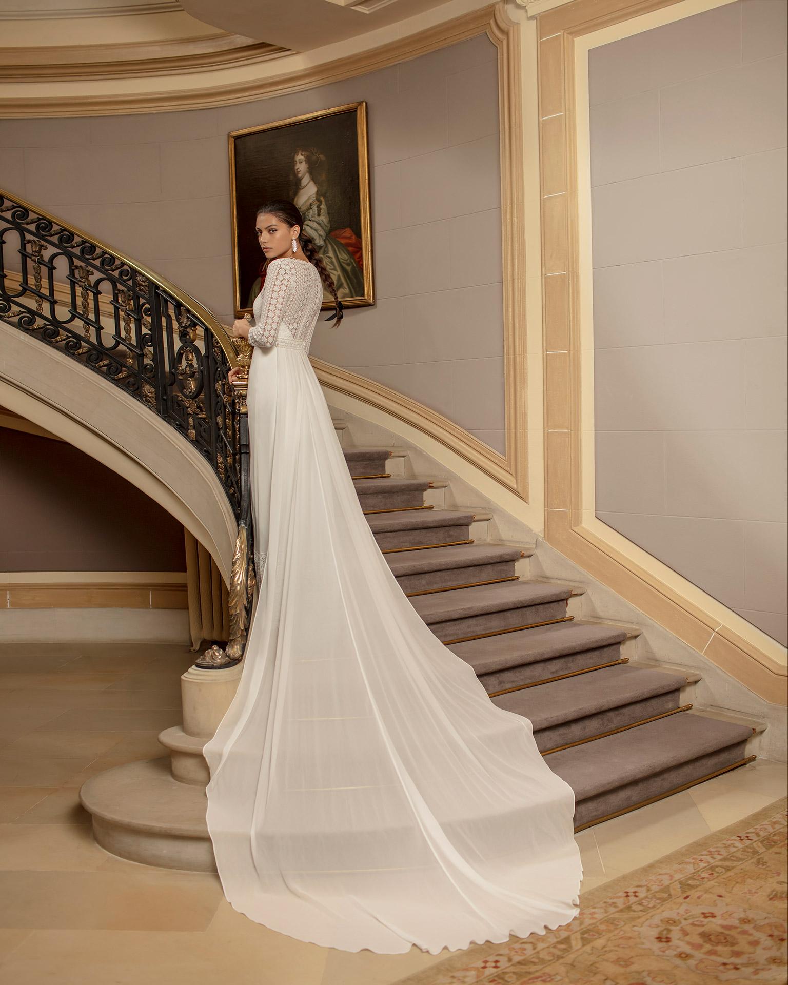Vestido y cola de novia estilo boho de gasa y encaje, con espalda ilusión y manga 3/4. Colección ALMA_NOVIA 2020.