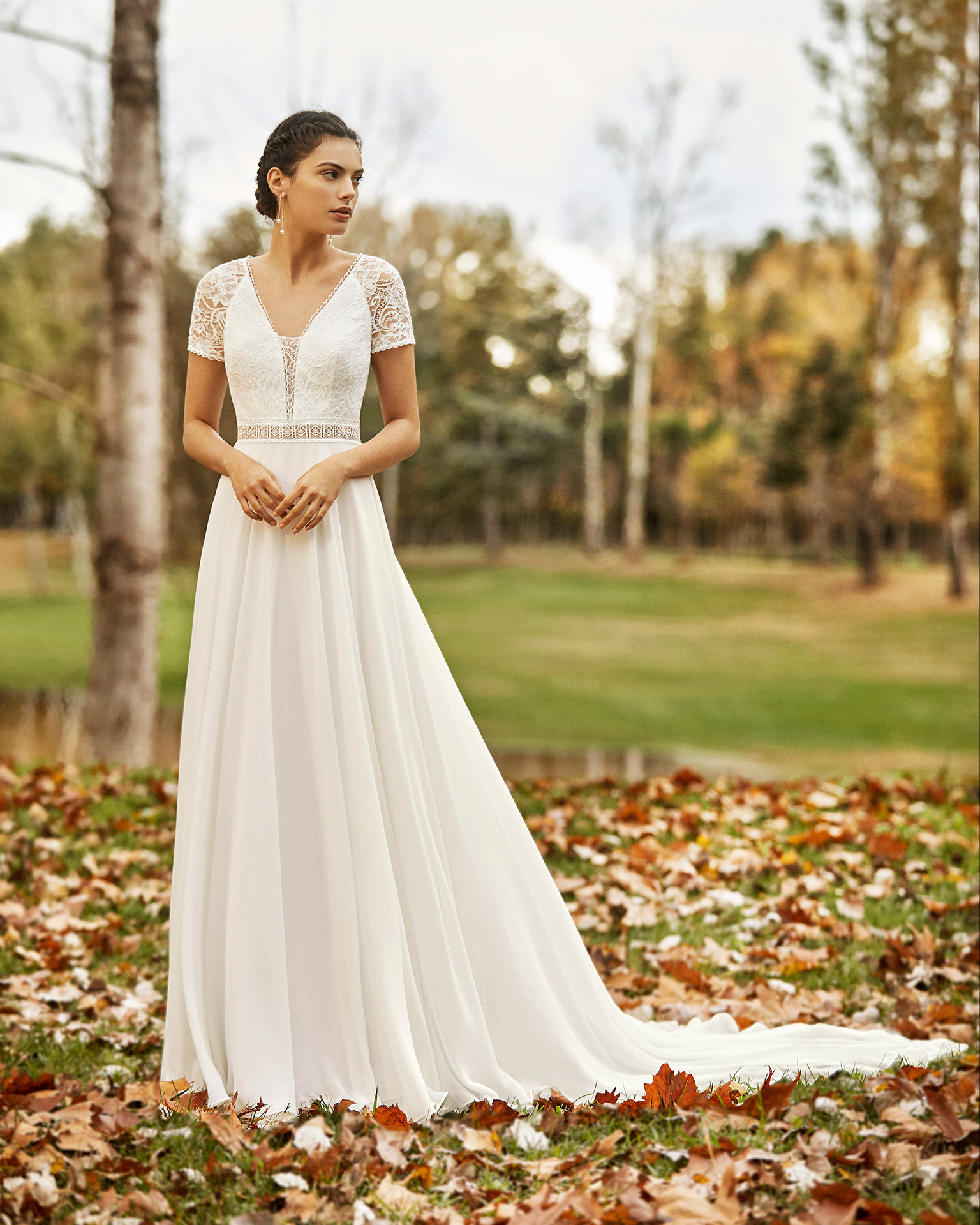 Boho-style lace and chiffon wedding dress with V-neckline, low back and short sleeves. 2020 ALMA_NOVIA Collection.
