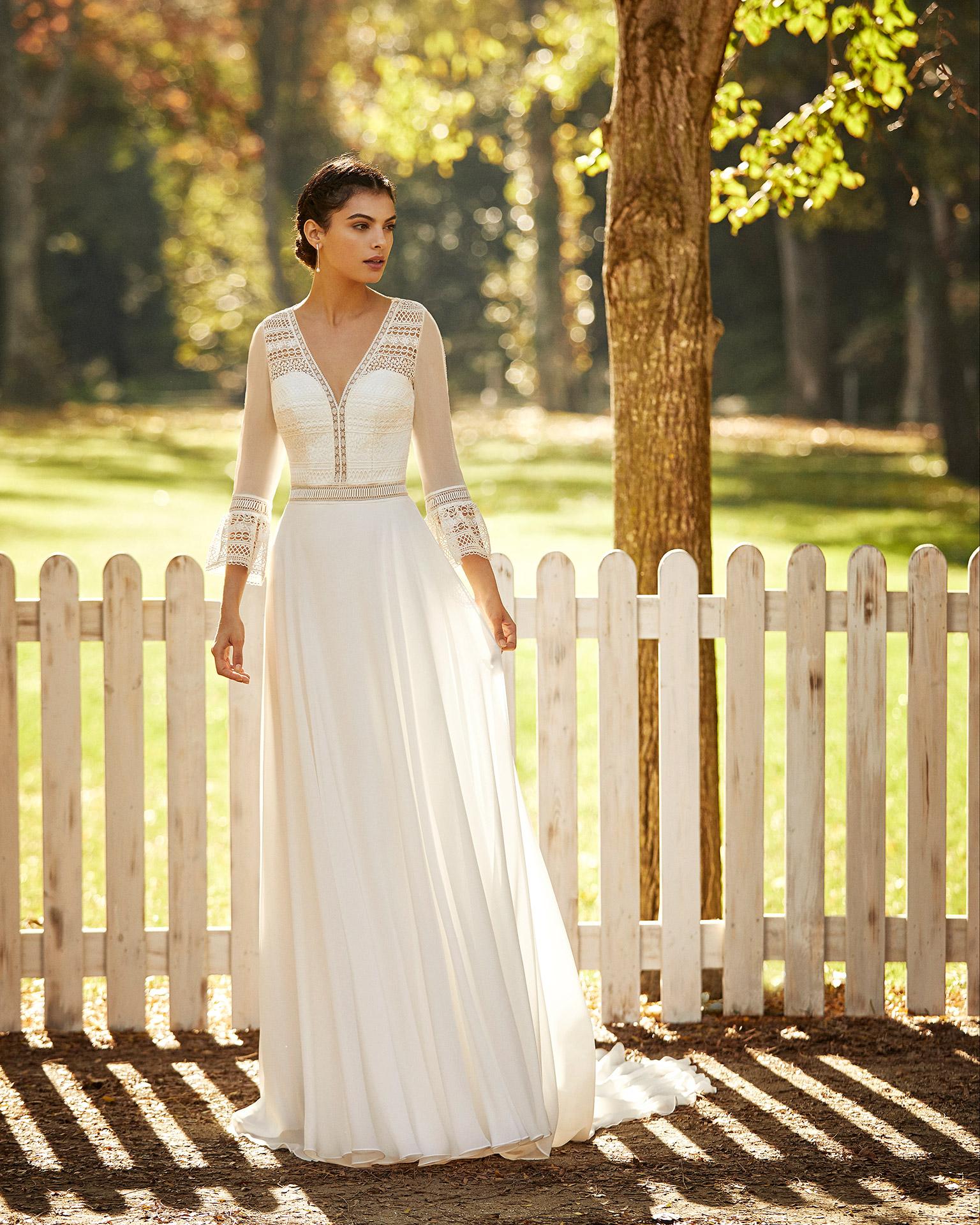 Vestido de novia estilo boho de gasa y encaje con escote deep-plunge y espalda cerrada con manga 3/4. Colección ALMA_NOVIA 2020.