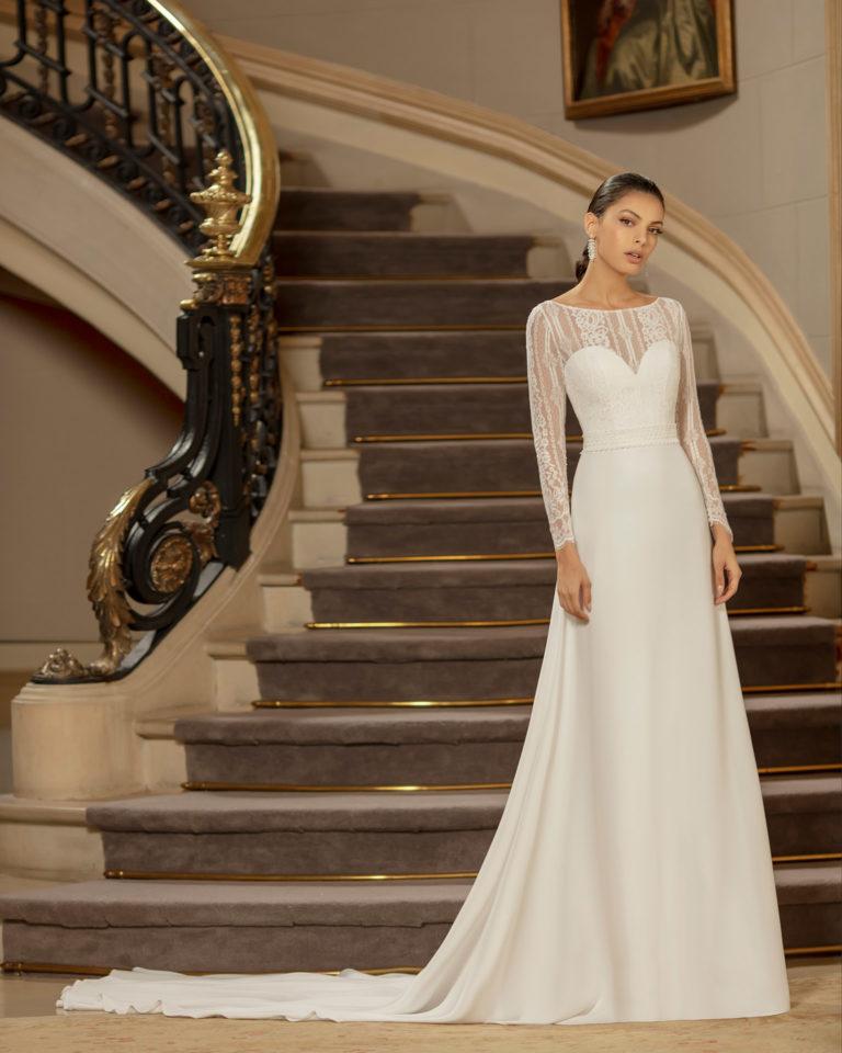 Vestido de novia elegante de crep con forro moldeador y encaje con escote corazón y espalda cerrada con manga larga. Colección ALMANOVIA 2020.