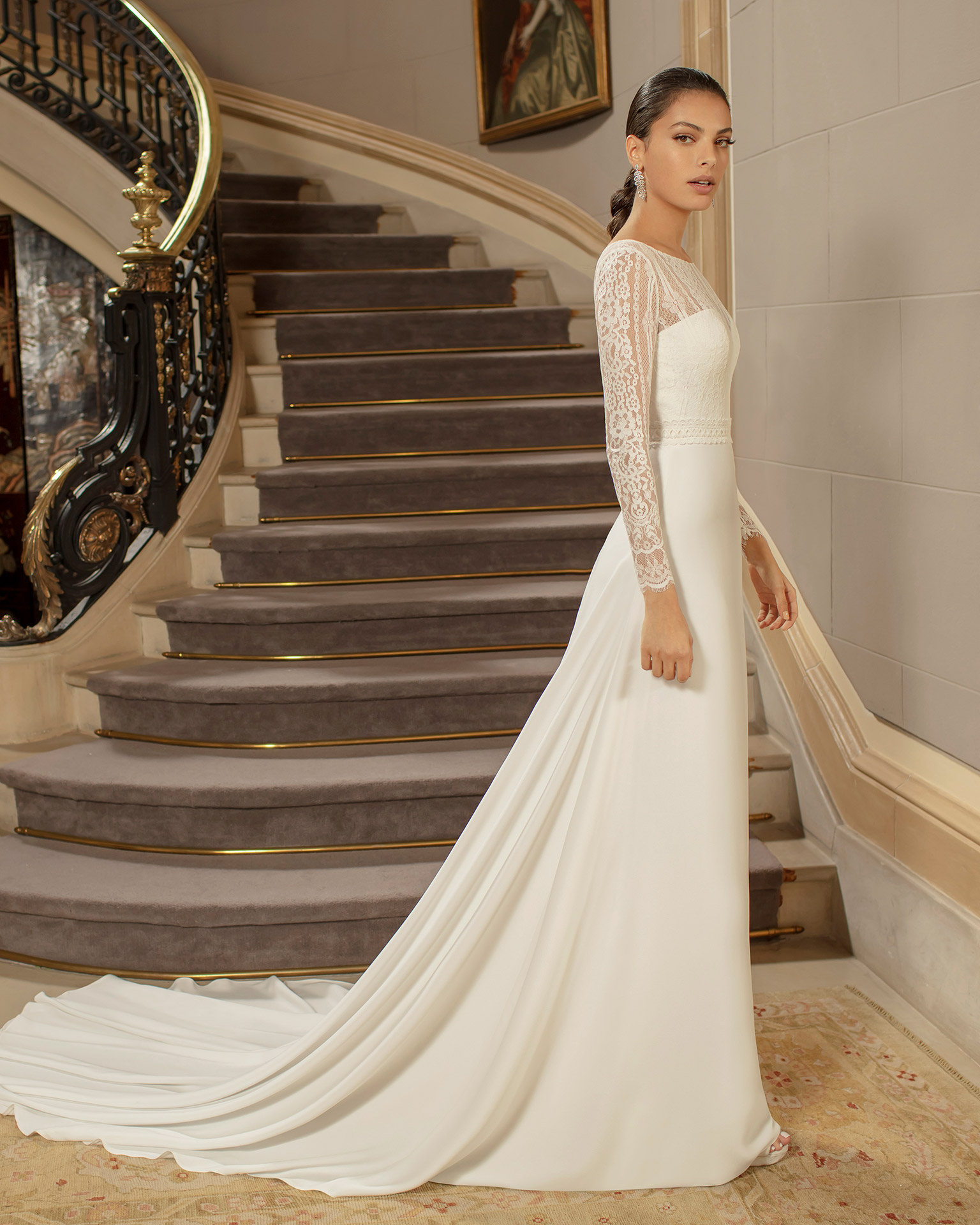 Elegant crepe wedding dress with body-shaping lining and lace with sweetheart neckline, closed back and long sleeves. 2020 ALMANOVIA Collection.