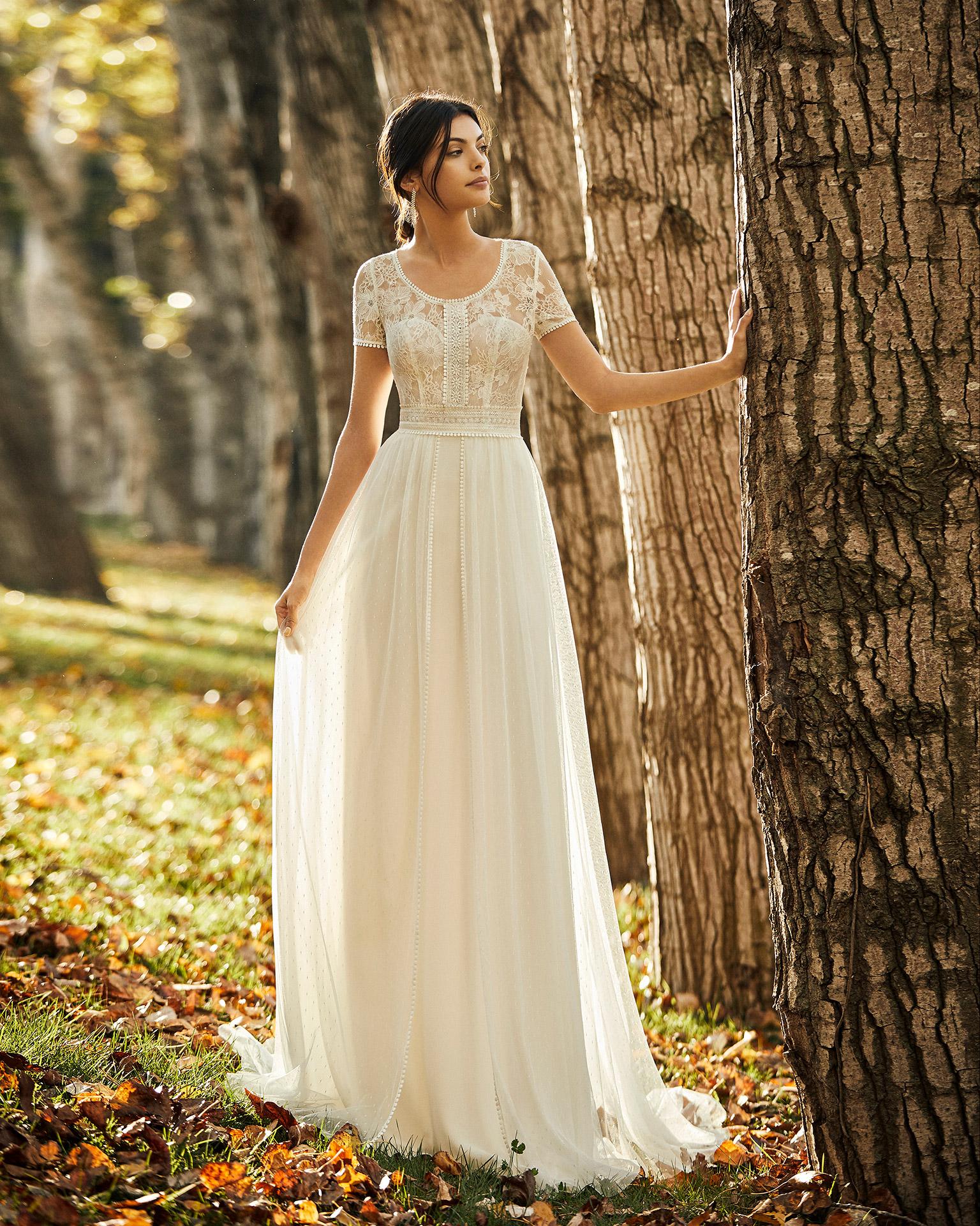 Vestido de novia estilo boho de georgette, encaje y tul plumetti con escote redondo y espalda cerrada. Colección ALMA_NOVIA 2020.