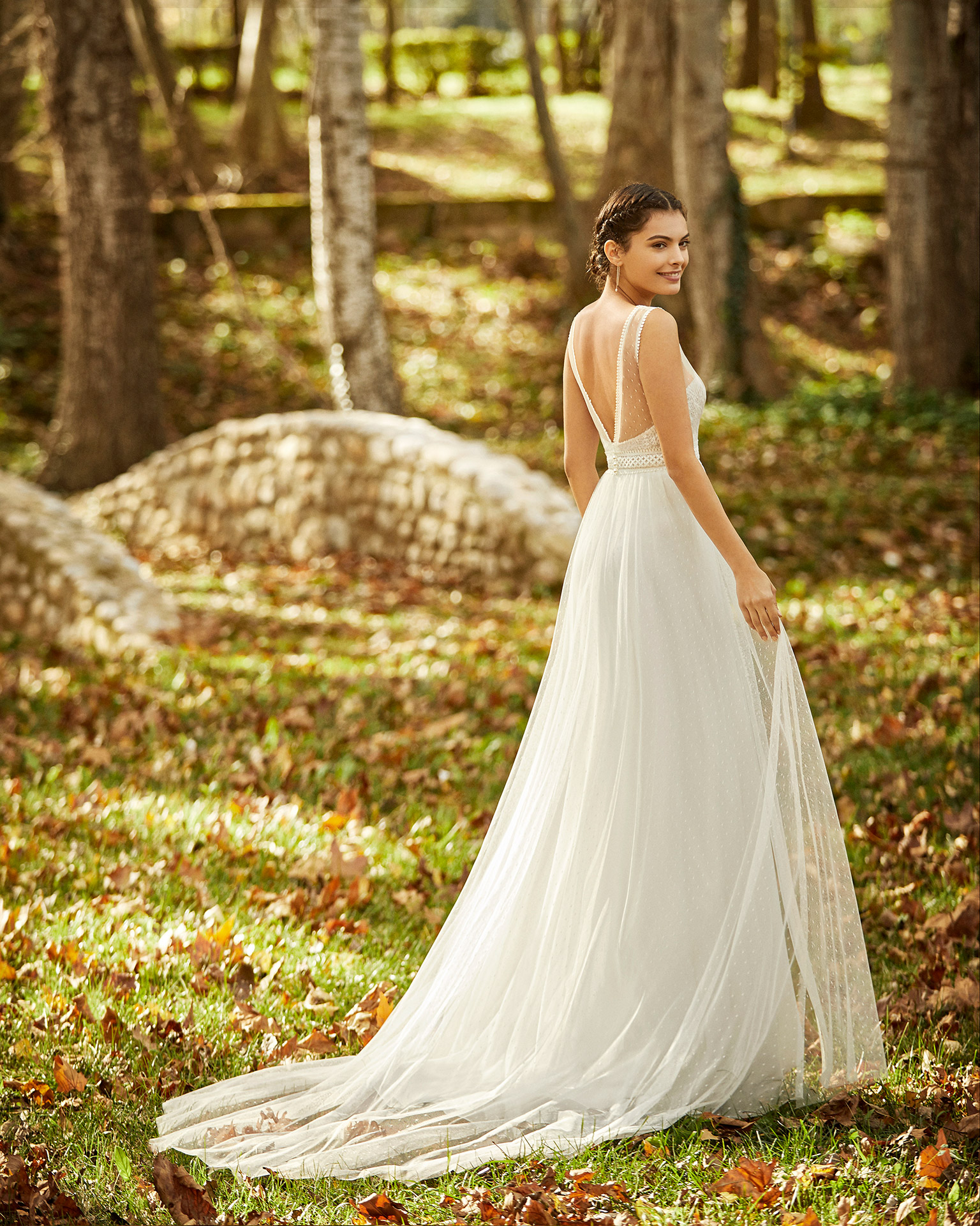 Boho-style chiffon, lace and dot tulle strapless wedding dress with strap and V-back. 2020 ALMANOVIA Collection.