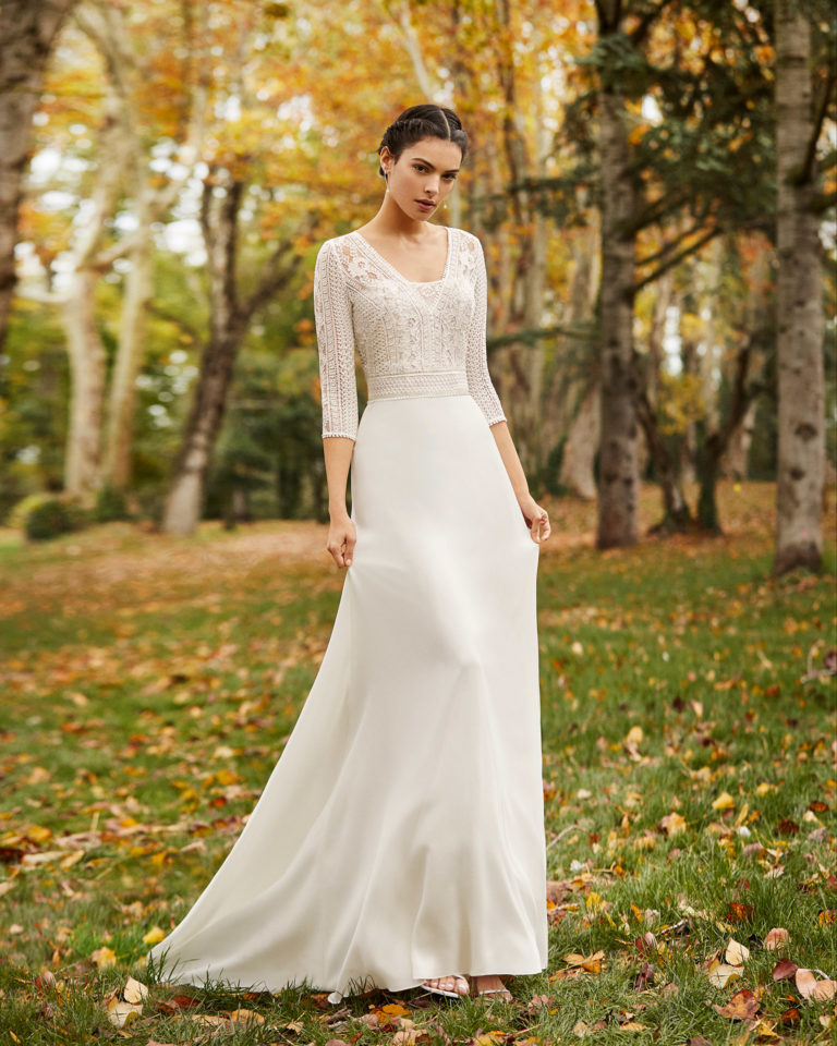Lightweight crepe Georgette and lace wedding dress with closed back and three-quarter sleeves. 2020 ALMANOVIA Collection.