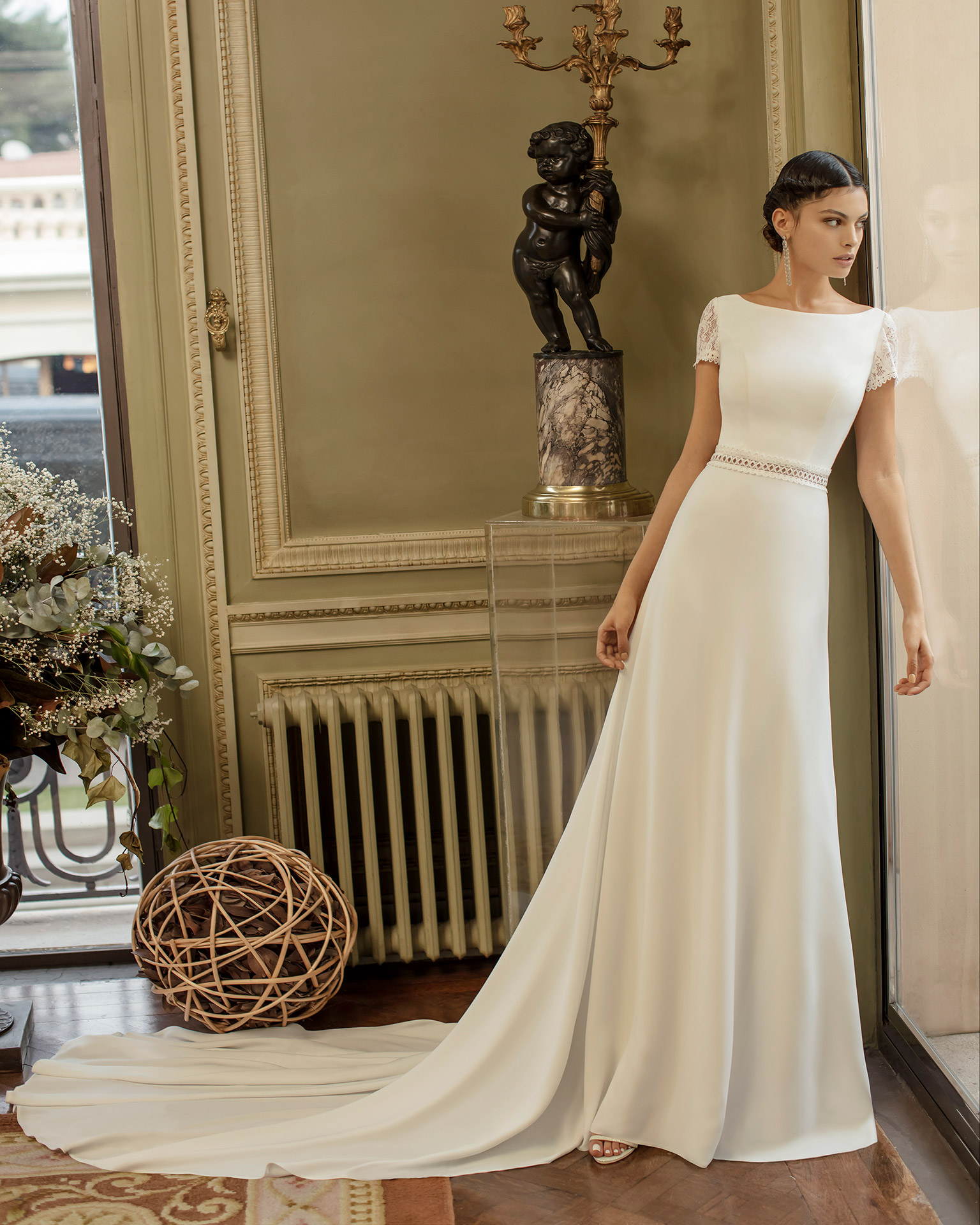 Elegant crepe wedding dress with body-shaping lining and lace with bateau neckline, low back and short sleeves. 2020 ALMANOVIA Collection.