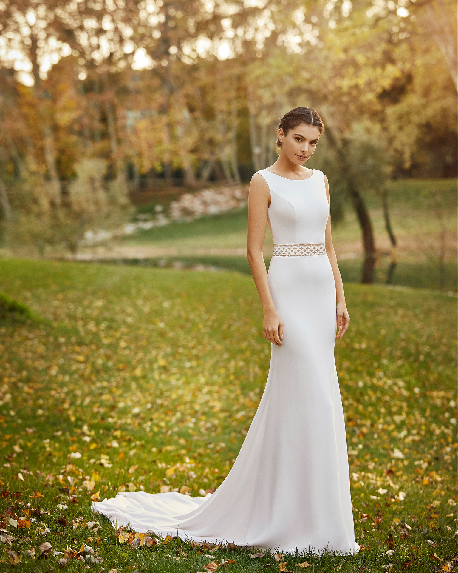 Vestido de novia elegante de crepe y encaje con escote barco y espalda escotada. Colección ALMA_NOVIA 2020.