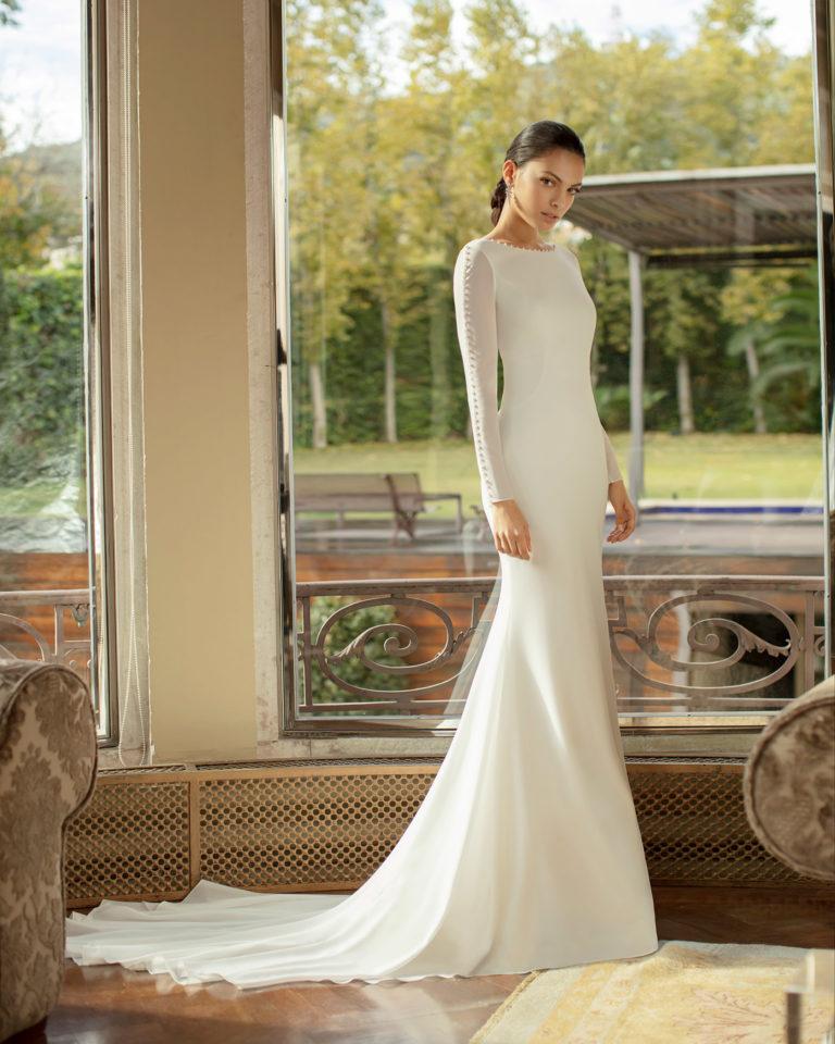 Vestido de novia elegante de georgette elástico y pedrería con espalda escotada y manga larga. Colección ALMA_NOVIA 2020.