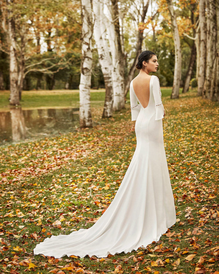 Lightweight beaded crepe wedding dress with low back and three-quarter sleeves with flounces. 2020 ALMANOVIA Collection.