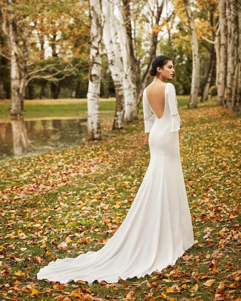 Vestido de novia ligero crepe y pedrería con espalda escotada y manga 3/4 con volante. Colección ALMANOVIA 2020.