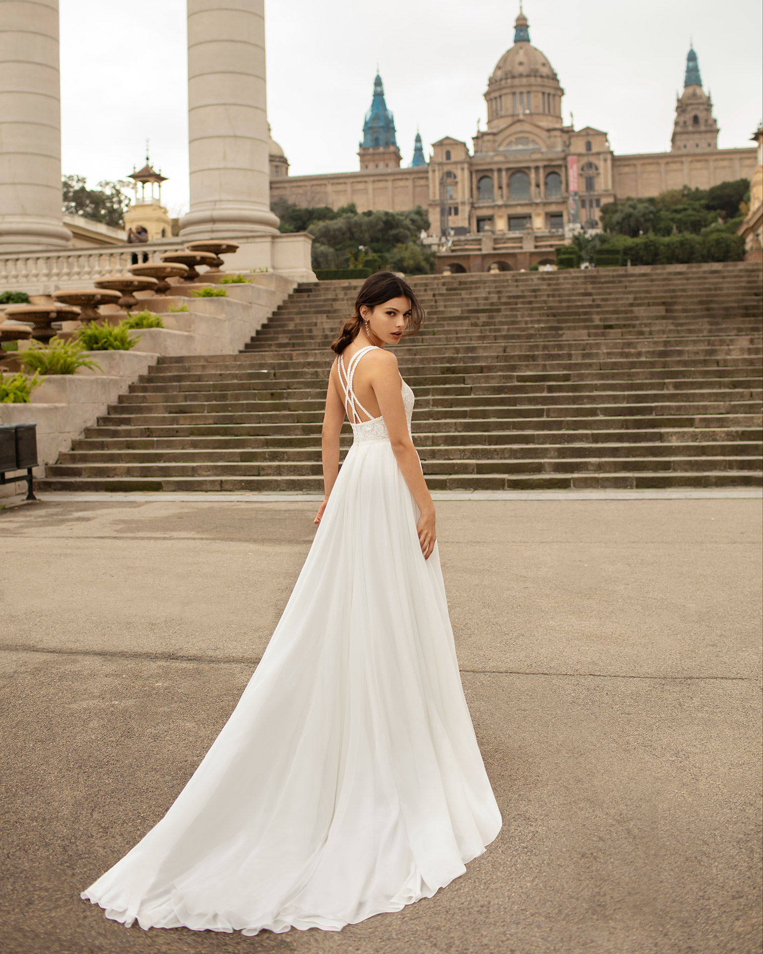 Vestido de novia ligero gasa y encaje rebrodé con espalda de tirantes cruzados. Colección ALMANOVIA 2020.