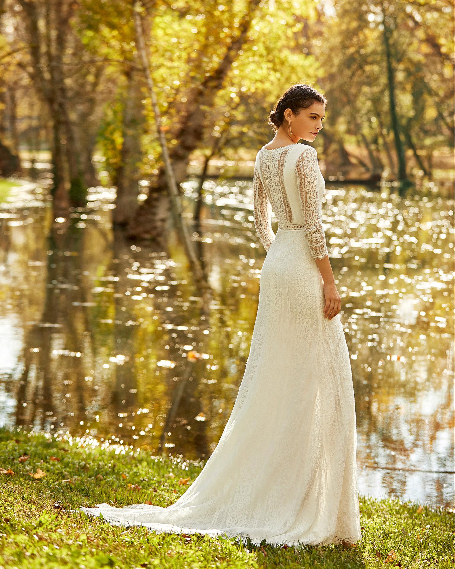 Vestido de novia estilo boho de encaje con abertura delantera, con escote en V y espalda cerrada con manga 3/4. Colección ALMA_NOVIA 2020.