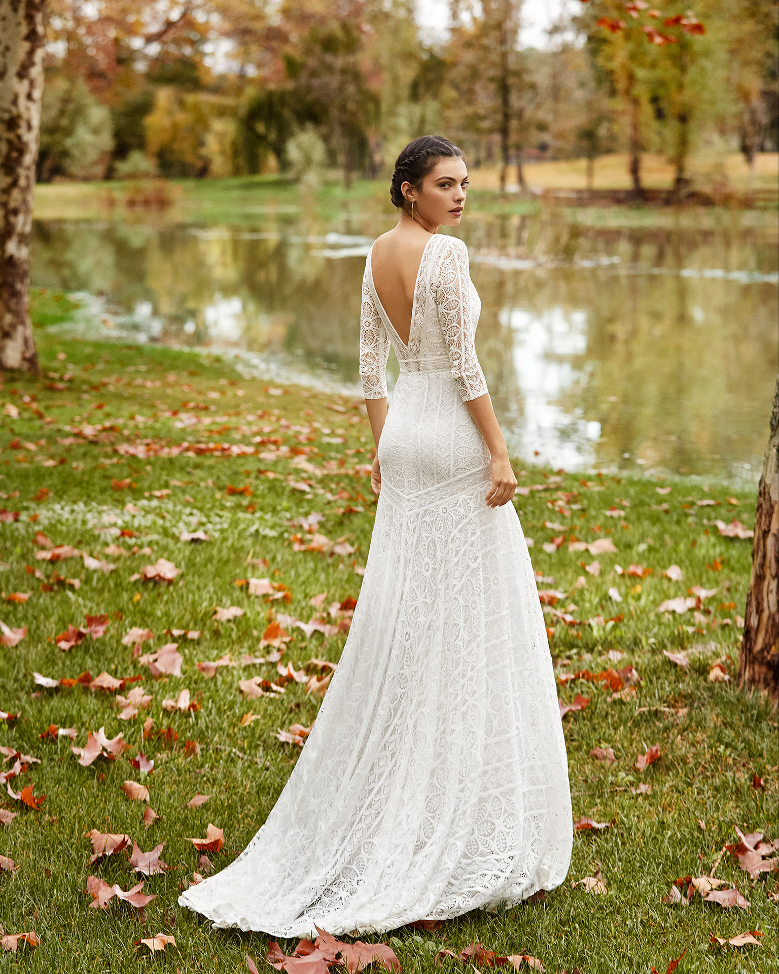 Vestido y funda de novia ligero encaje con abertura delantera, con escote y espalda en V con manga 3/4. Colección ALMANOVIA 2020.