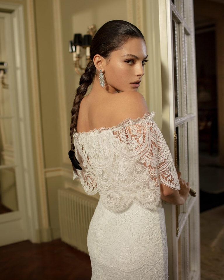 Vestido de novia estilo boho de encaje con escote bajo hombro y volantes. Colección ALMANOVIA 2020.