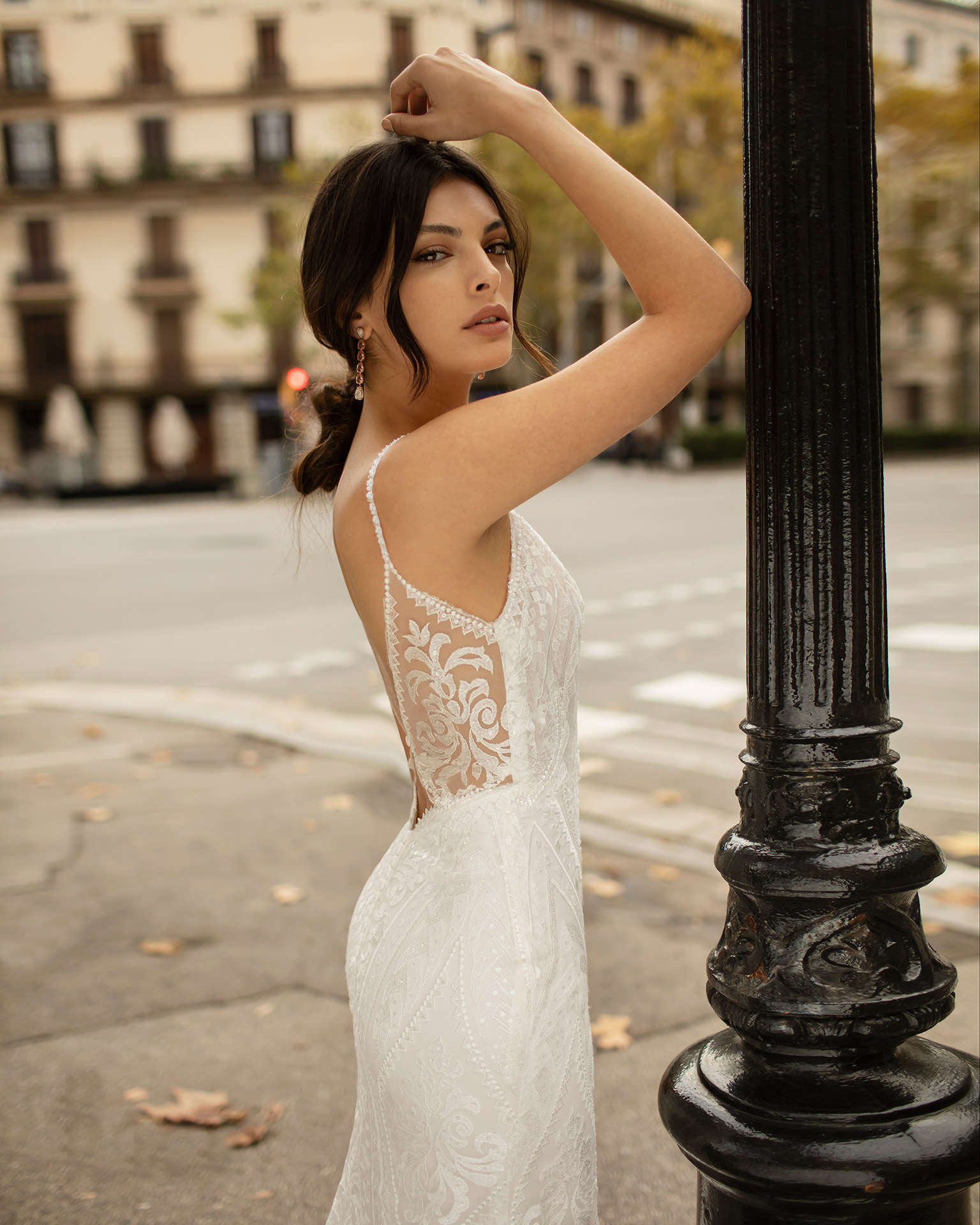 Vestido de novia corte sirena de encaje con pedrería con escote en V y espalda escotada. Colección ALMA_NOVIA 2020.