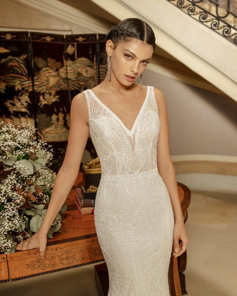 Vestido de novia corte sirena de encaje con pedrería con escote en V y espalda escotada. Colección ALMANOVIA 2020.