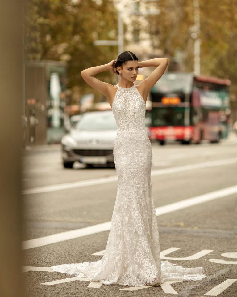 Vestido de novia corte sirena con cola trébol de encaje y pedrería, con espalda escotada de tirantes. Colección ALMANOVIA 2020.
