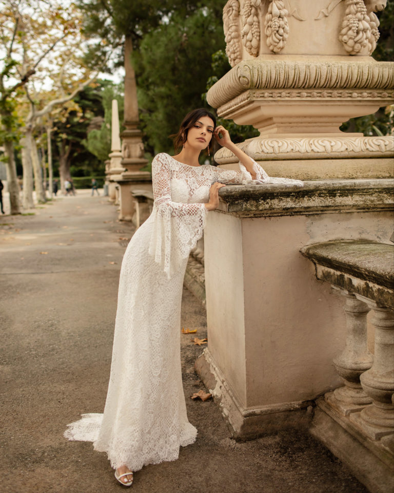 Boho-style lace wedding dress with low back and flounced sleeves. 2020 ALMANOVIA Collection.