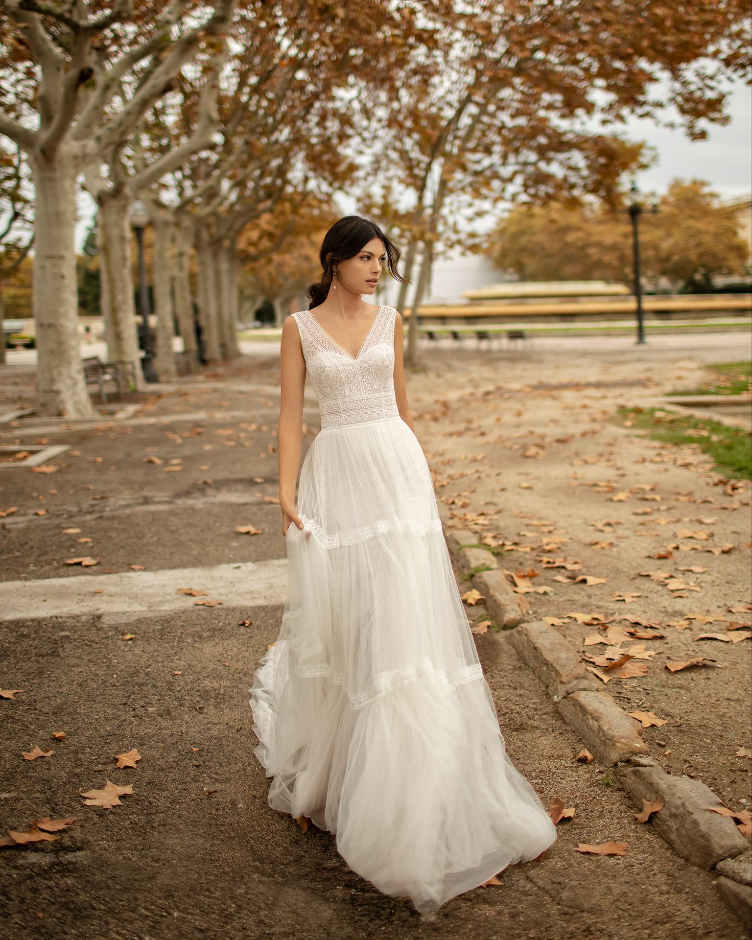 Vestido de novia estilo boho de tul suave y encaje, con escote y espalda en V. Colección ALMA_NOVIA 2020.