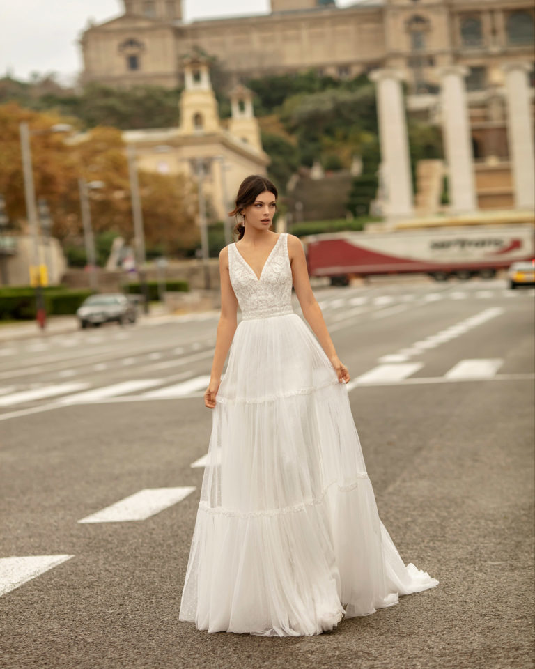 Vestido de novia estilo boho de tul plumeti y encaje, con escote en V y espalda  escotada. Colección ALMA_NOVIA 2020.