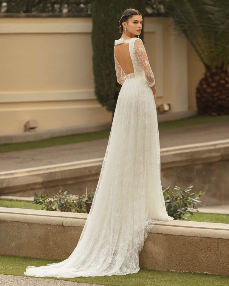 Boho-style lace and tulle wedding dress with V-neckline, low back and three-quarter sleeves. 2020 ALMA_NOVIA Collection.