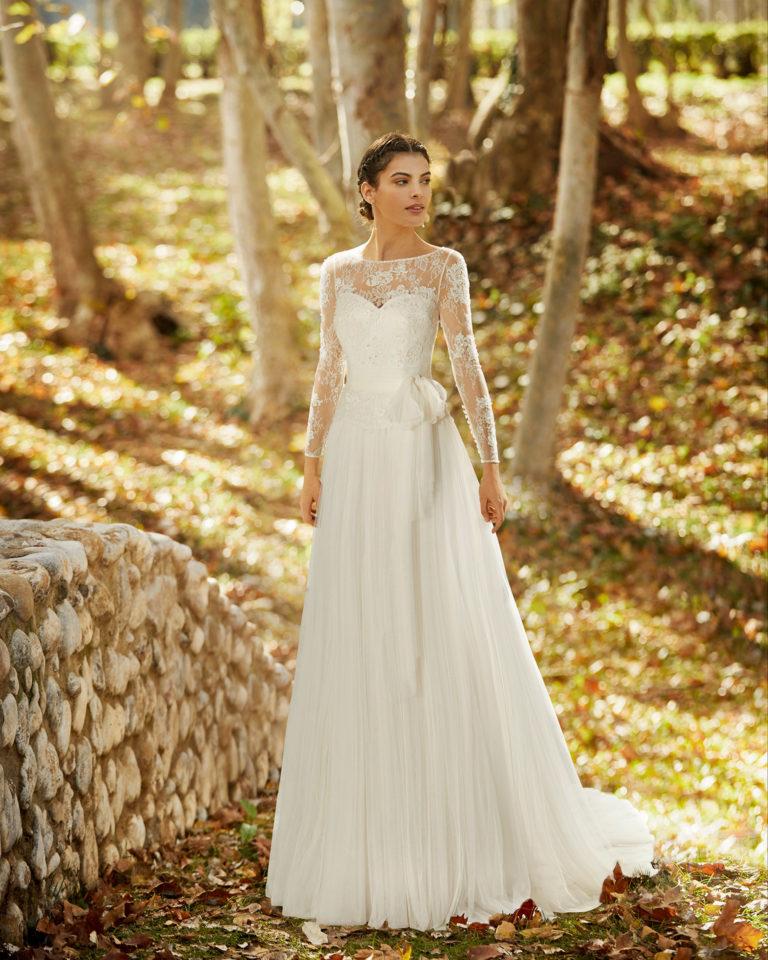 Vestido de novia estilo romántico de tul suave, encaje y pedrería con escote y espalda con transparencia. Colección ALMANOVIA 2020.