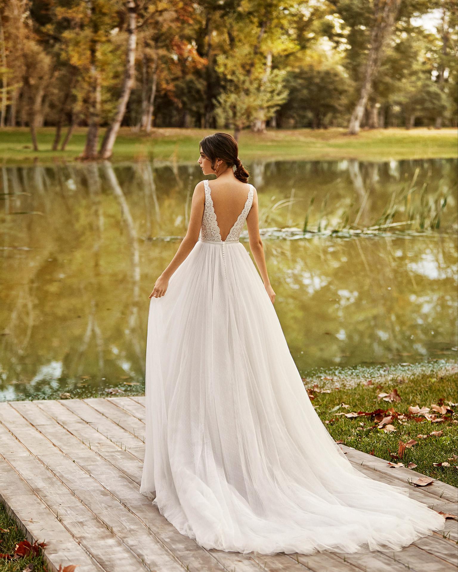 Vestido de novia estilo princesa de tul plumeti encaje y pedrería con escote deep-plunge y espalda en V. Colección ALMA_NOVIA 2020.