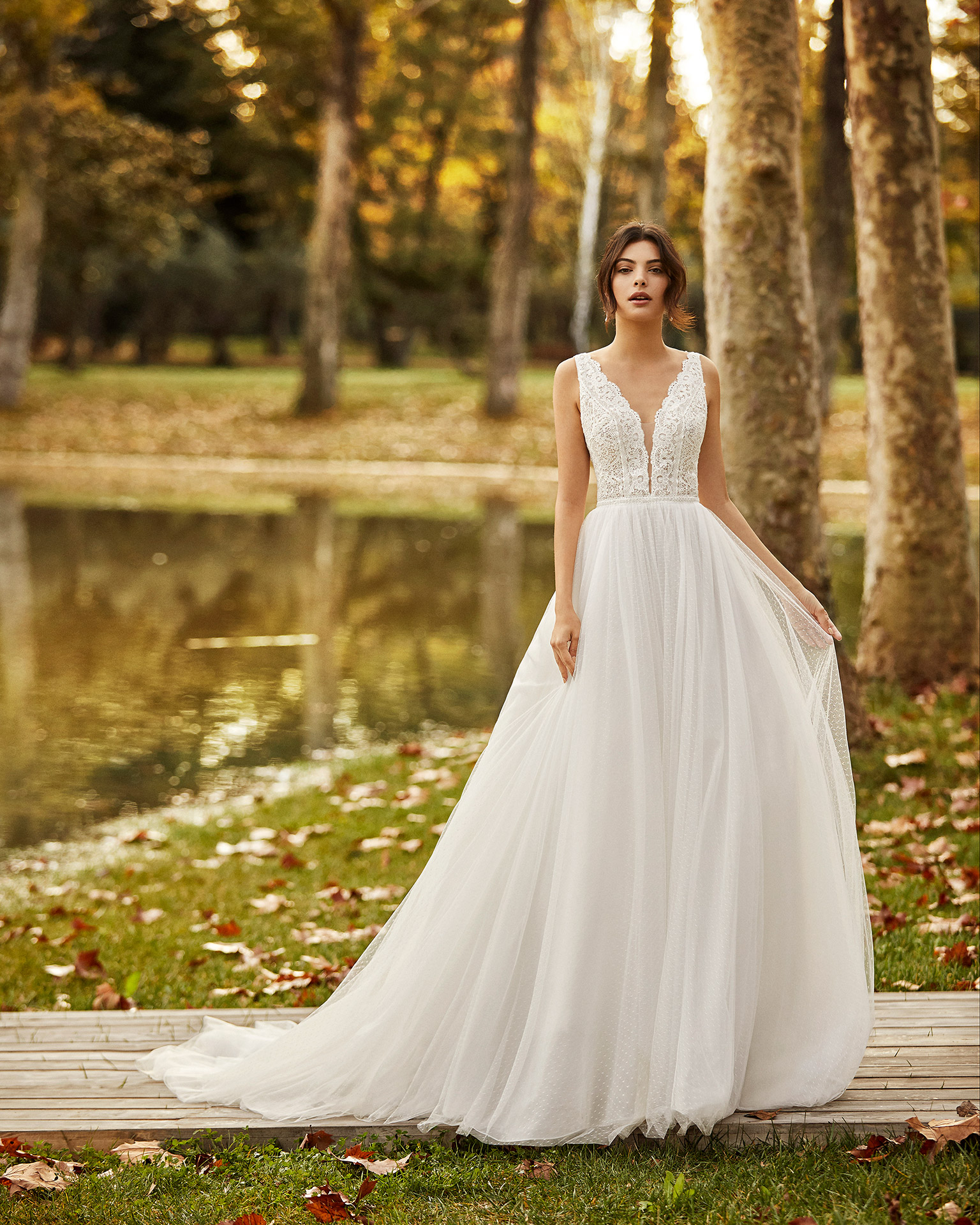 Princess-style lace and dot tulle wedding dress with beading, deep-plunge neckline and V-back. 2020 ALMA_NOVIA Collection.