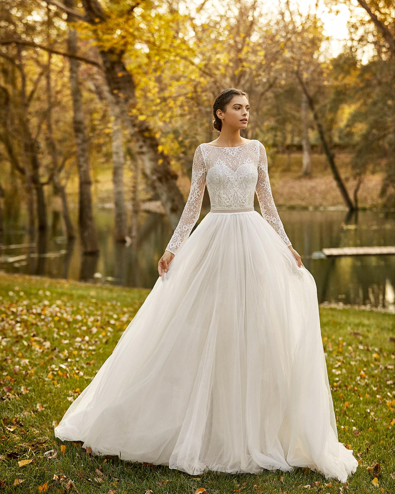 Vestido de novia estilo princesa de tul y encaje con escote corazón y espalda escotada. Colección ALMANOVIA 2020.