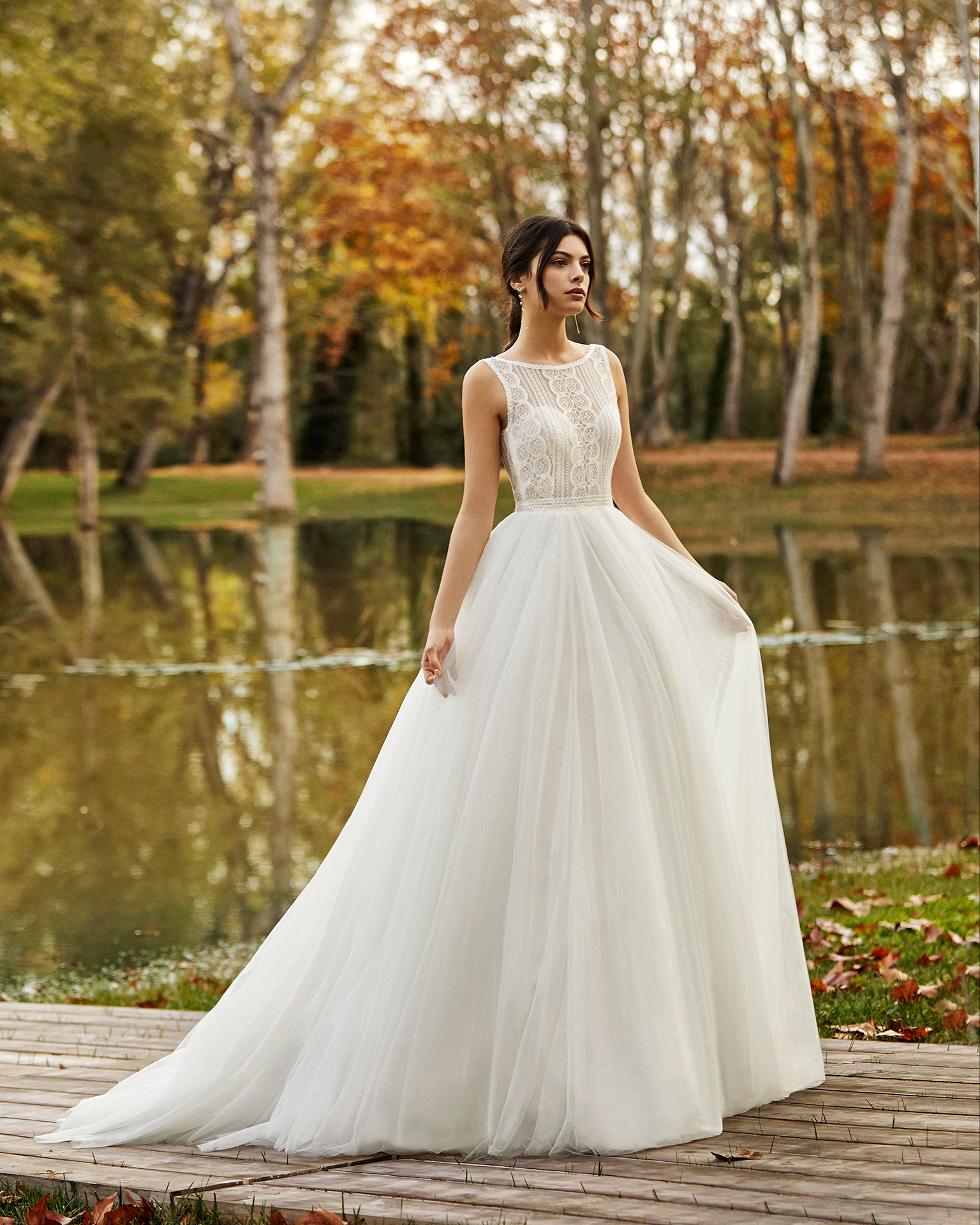 Princess-style tulle and lace wedding dress with low back. 2020 ALMANOVIA Collection.