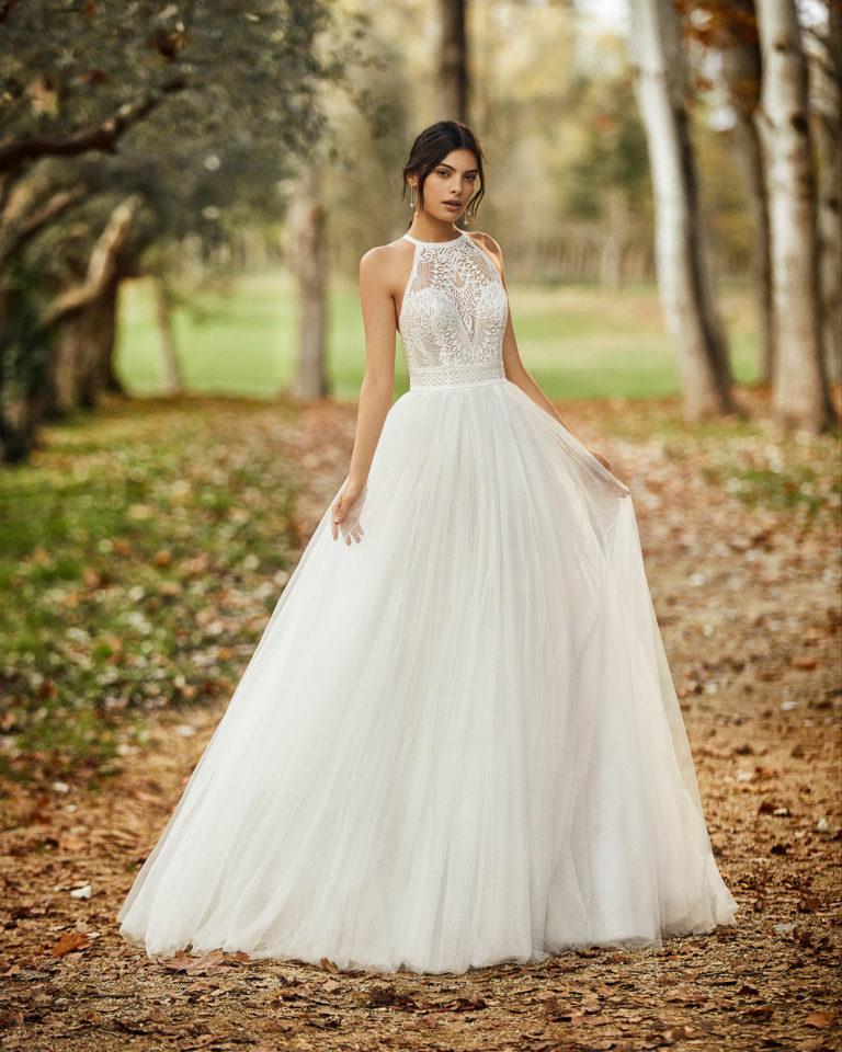 Vestido de novia estilo romántico de tul y encaje, con espalda de tirante escotada. Colección ALMANOVIA 2020.