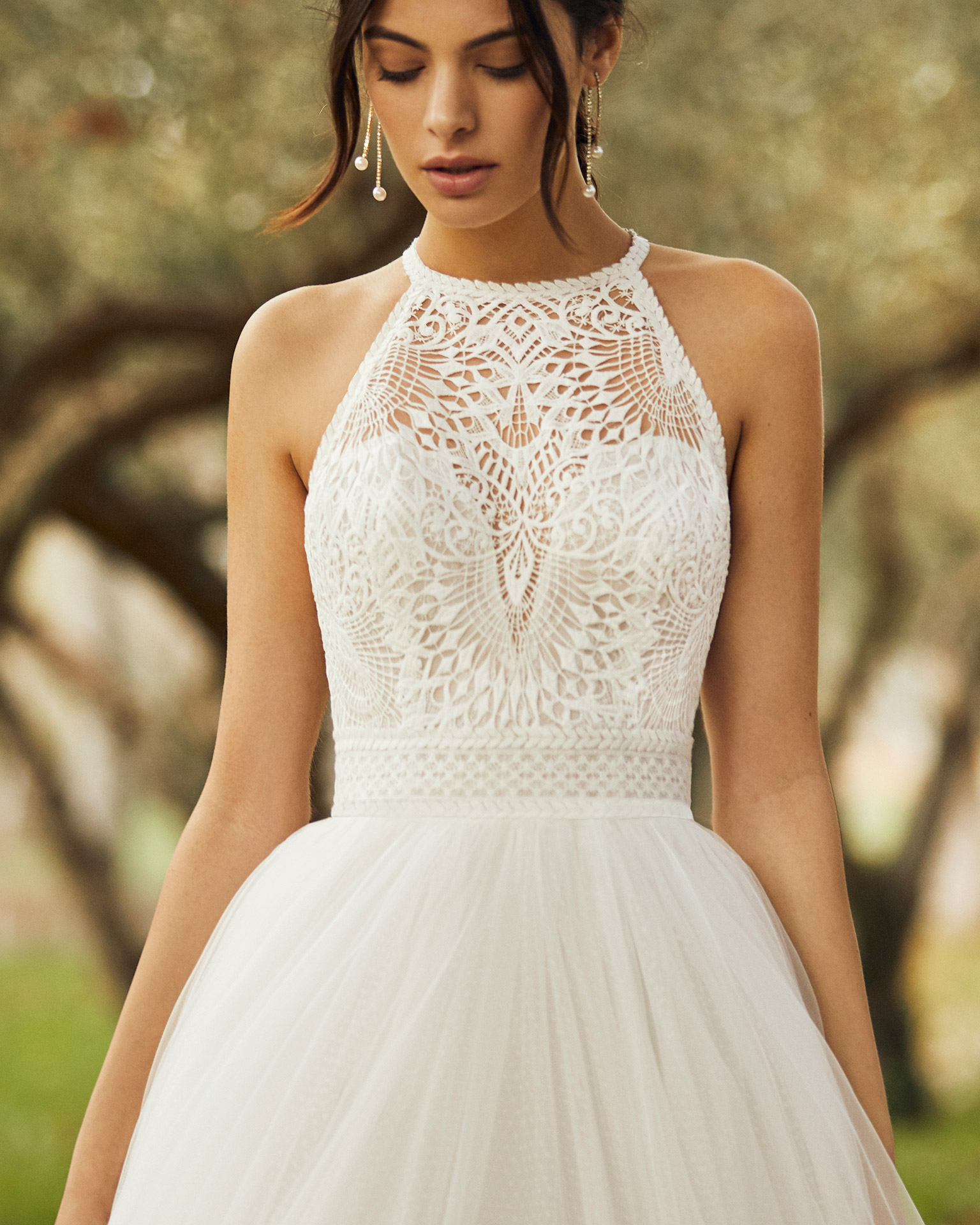 Romantic tulle and lace wedding dress with low back with straps. 2020 ALMANOVIA Collection.