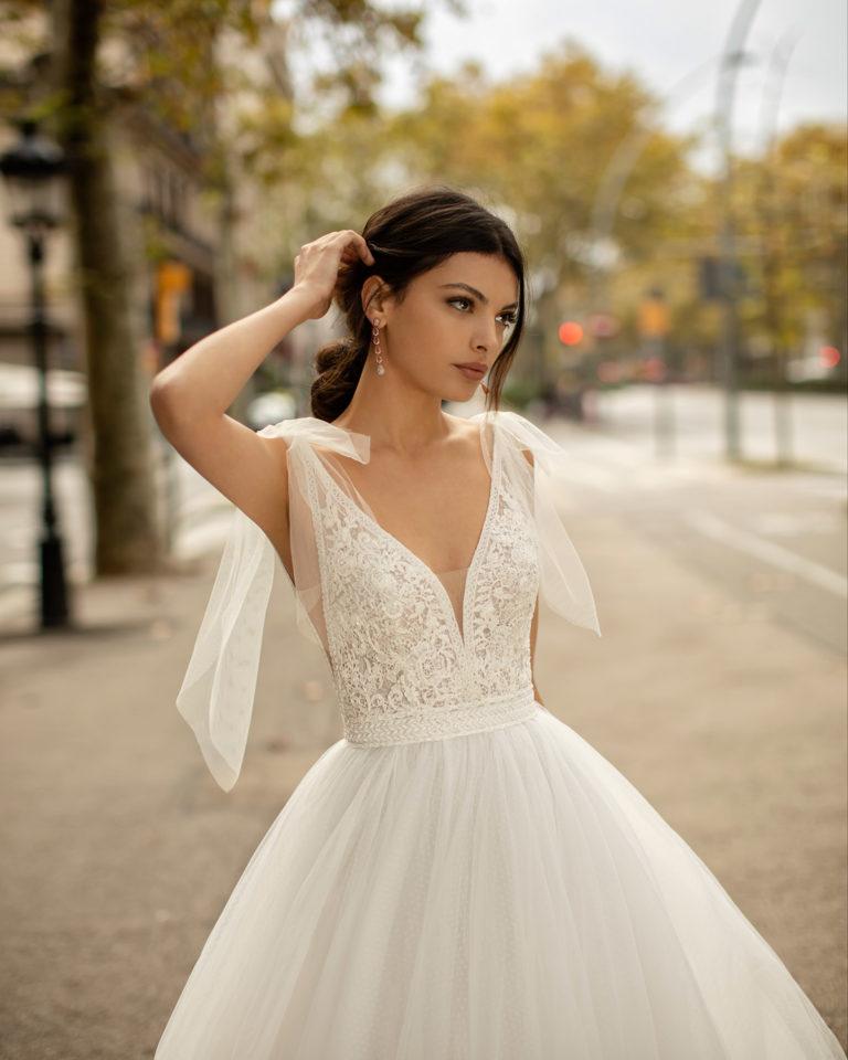 Vestido de novia estilo princesa de tul, encaje y pedrería con escote deep-plunge y espalda en V. Colección ALMA_NOVIA 2020.