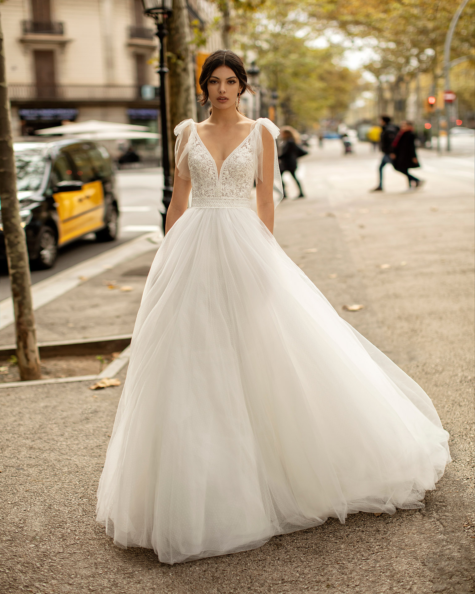 Princess-style lace and tulle wedding dress with beading, deep-plunge neckline and V-back. 2020 ALMA_NOVIA Collection.