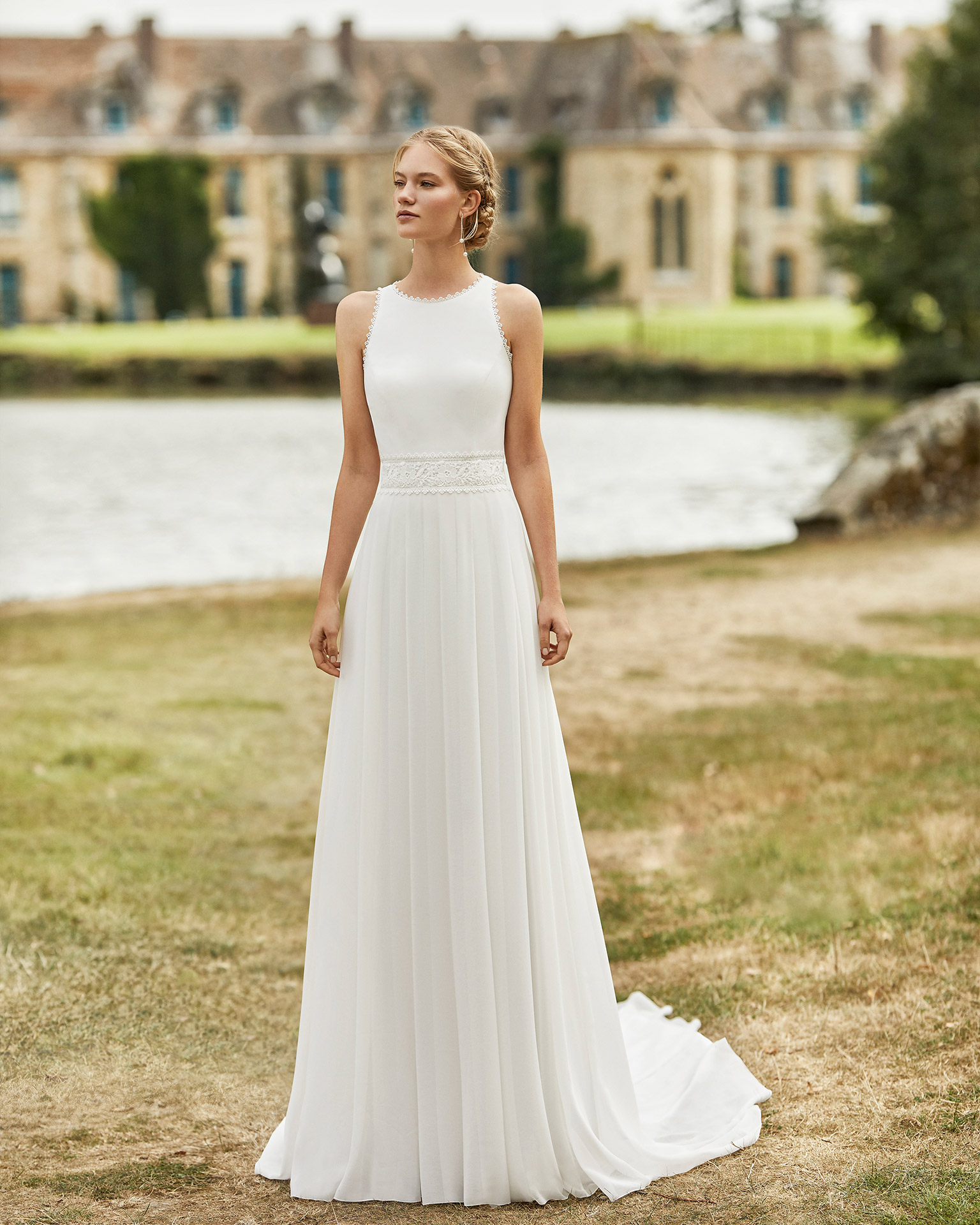 Wedding dress in chiffon. Halter neckline, shoulder straps with lace edging, lace belt and low teardrop back in lace. 2021 ALMANOVIA Collection.