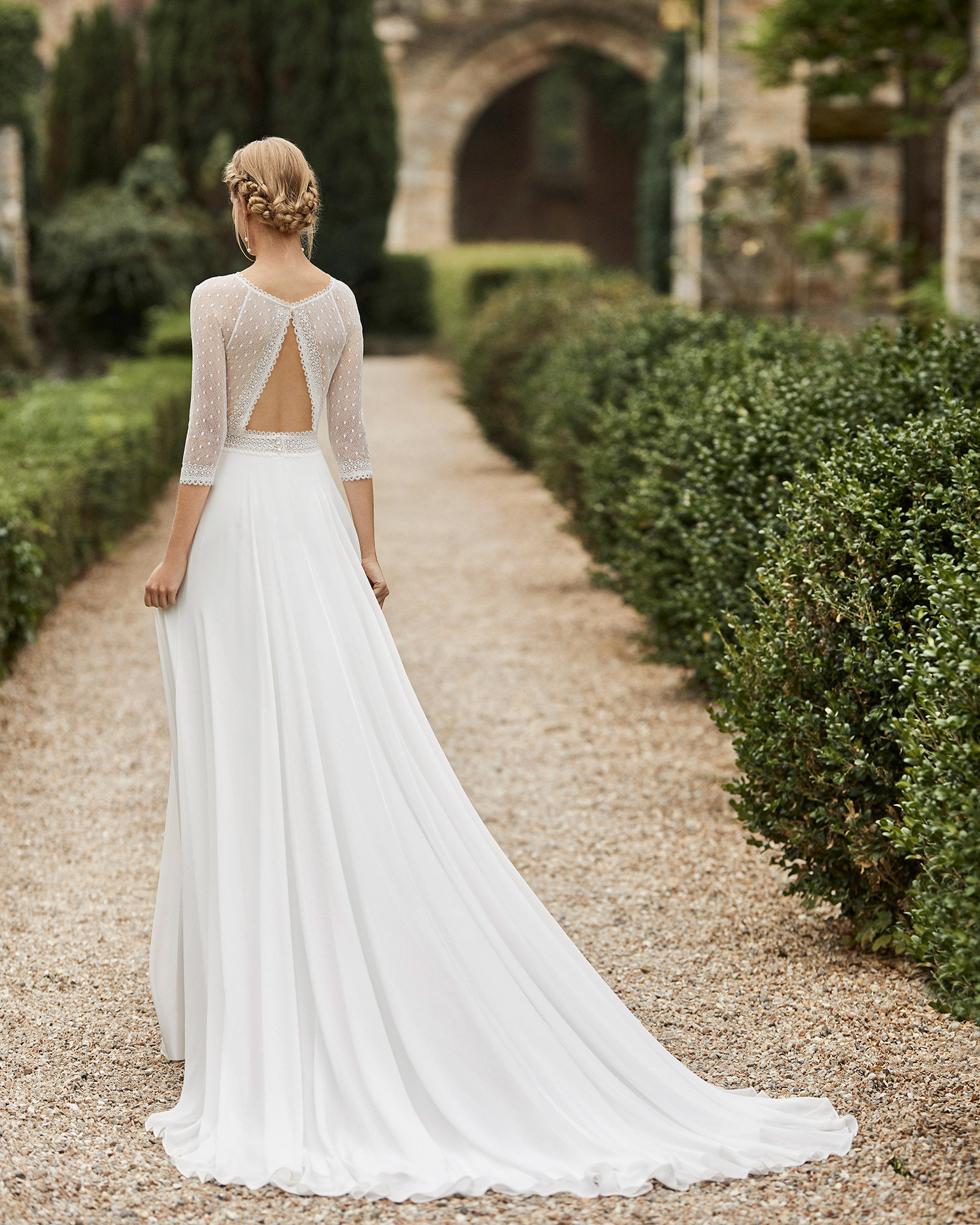 Wedding dress in chiffon. Bateau neckline, three-quarter sleeves in dot tulle, lace belt and low back in dot tulle. 2021 ALMANOVIA Collection.