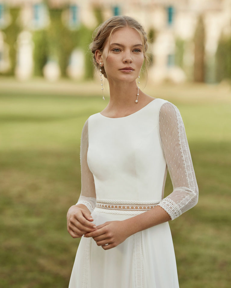 Wedding dress in chiffon. Bateau neckline, three-quarter sleeves in dot tulle and lace, and V-back. 2021 ALMANOVIA Collection.