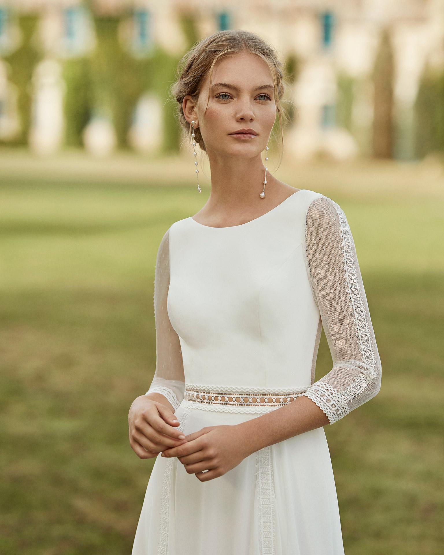 Vestido de novia de gasa. Escote barco , manga tres cuartos de tul plumeti y encaje y espalda en V. Colección ALMANOVIA 2021.