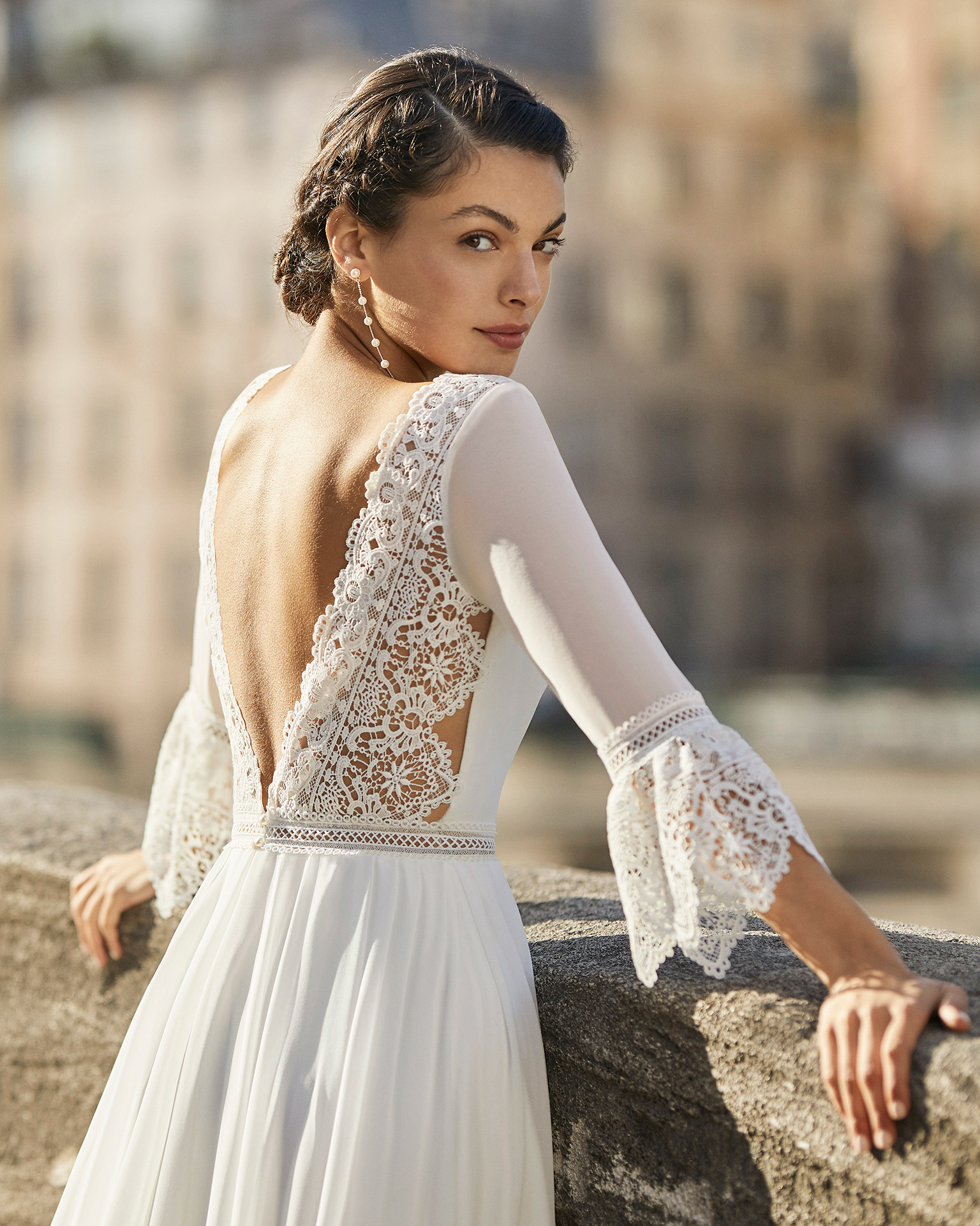 Wedding dress in chiffon. Bateau neckline, three-quarter sleeves in chiffon with flared lace cuffs, and V-back in lace. 2021 ALMANOVIA Collection.