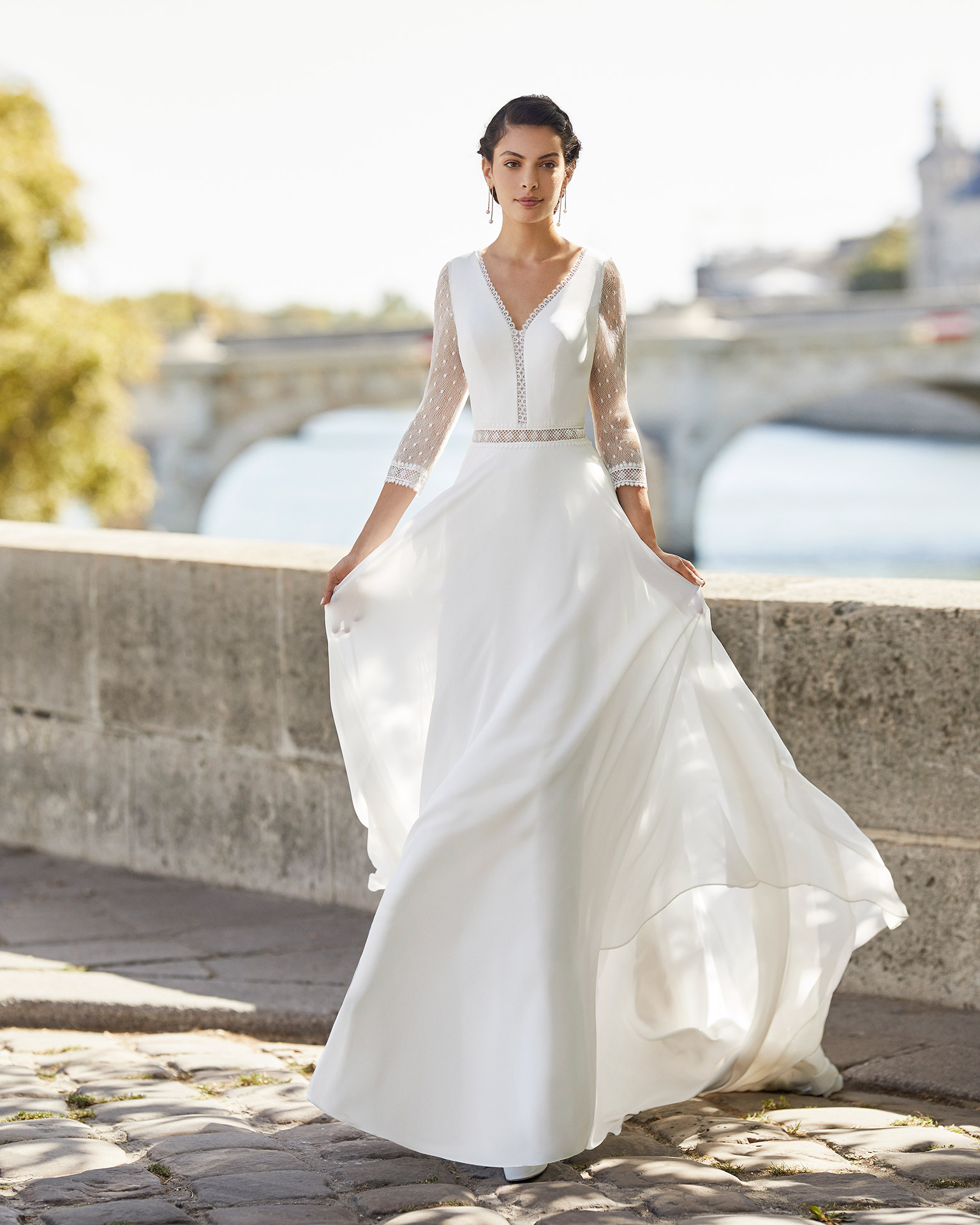 Wedding dress in chiffon. V-neckline, three-quarter sleeves in dot tulle finished with lace, and triangle back in dot tulle. 2021 ALMANOVIA Collection.